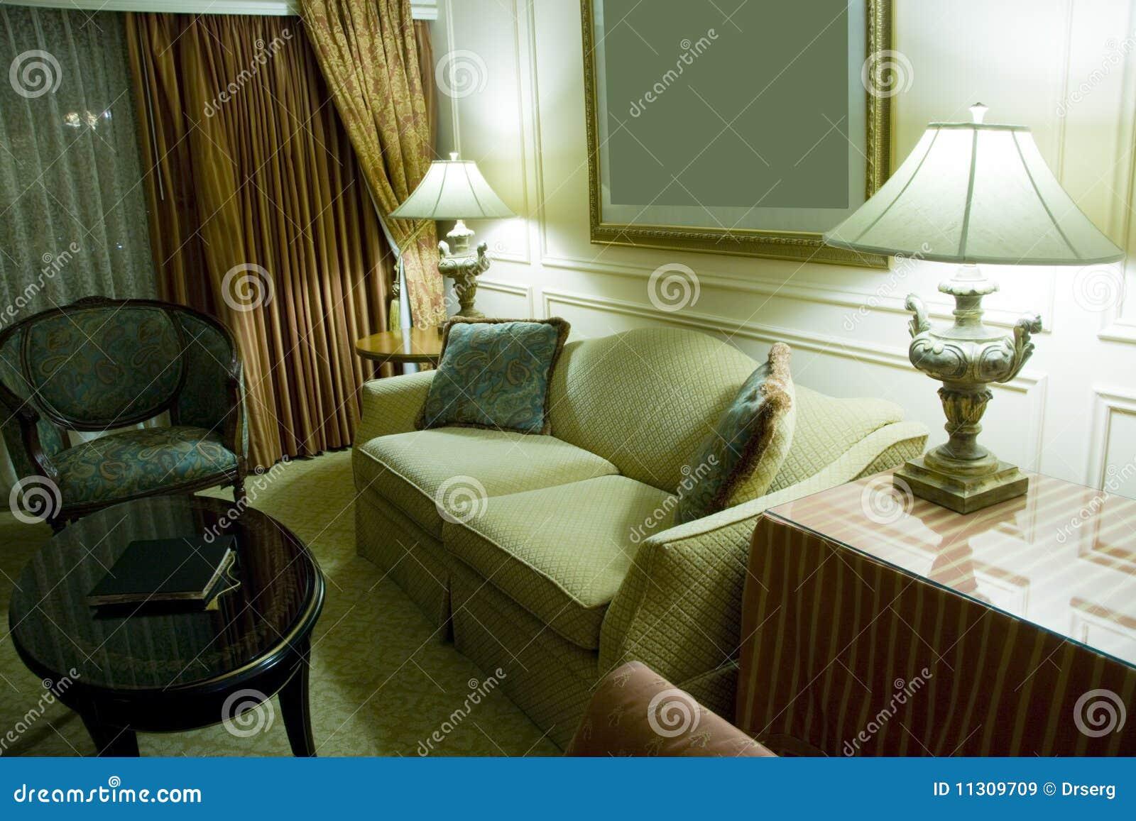 Klassisches elegantes, Sofa, Lehnsessel und Tabelle