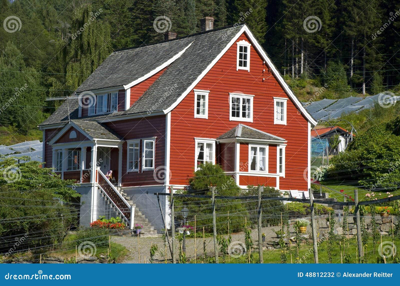 Klassisches rotes norwegisches holzhaus skandinavien