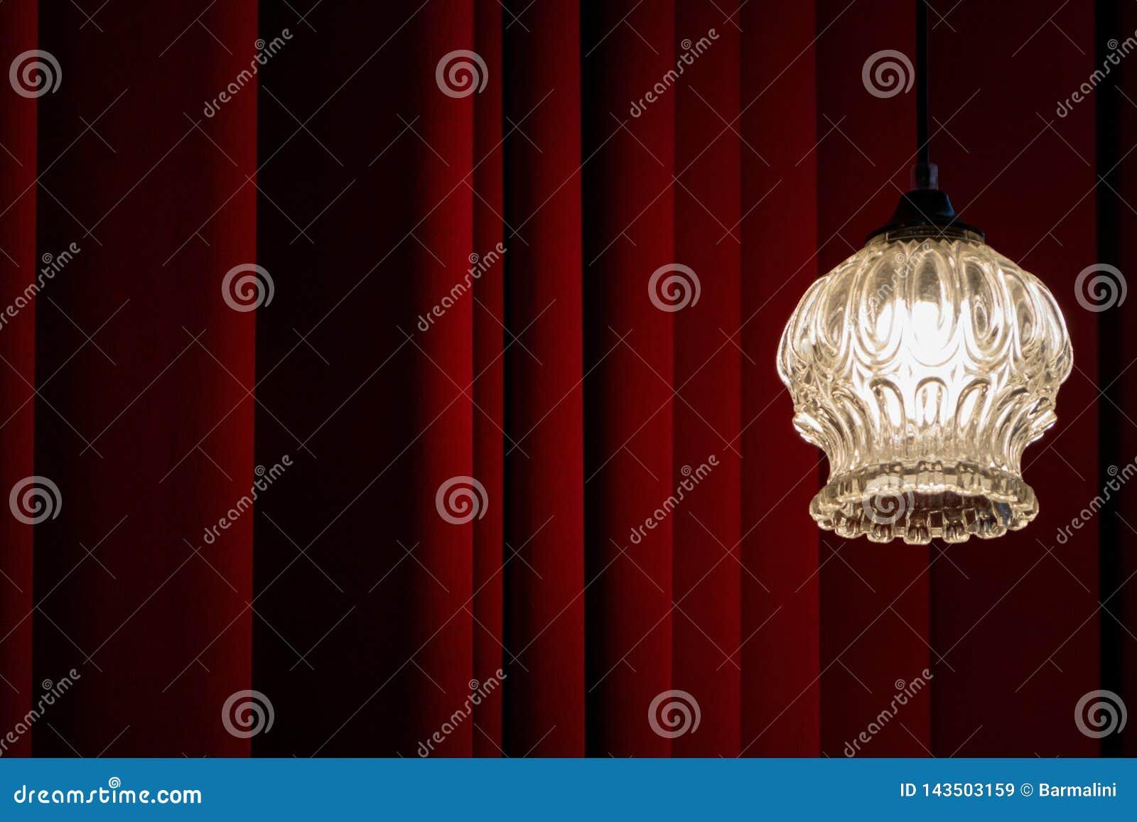 Klassisches Theater, Kino, Foyerhintergrund mit rotem velved Vorhang und alte Weinleselampe