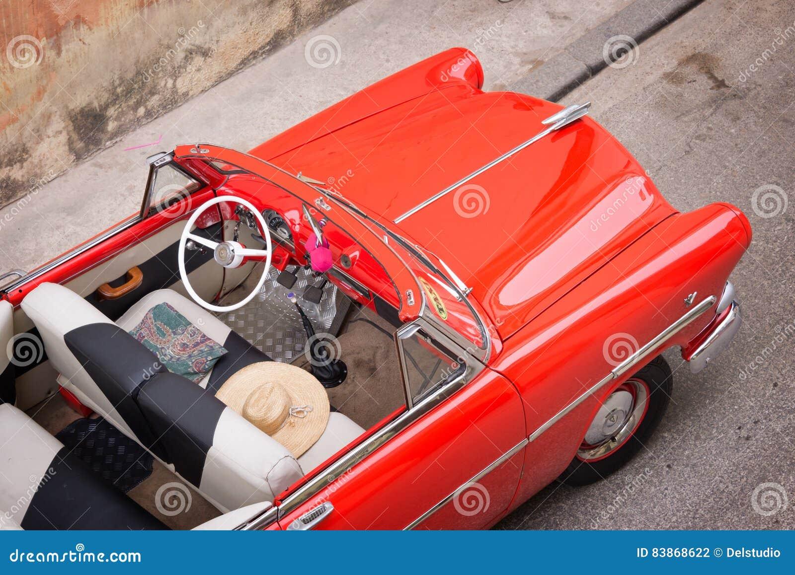 Klassisk amerikansk bil för tappning, sikt från ovannämnt i havannacigarr