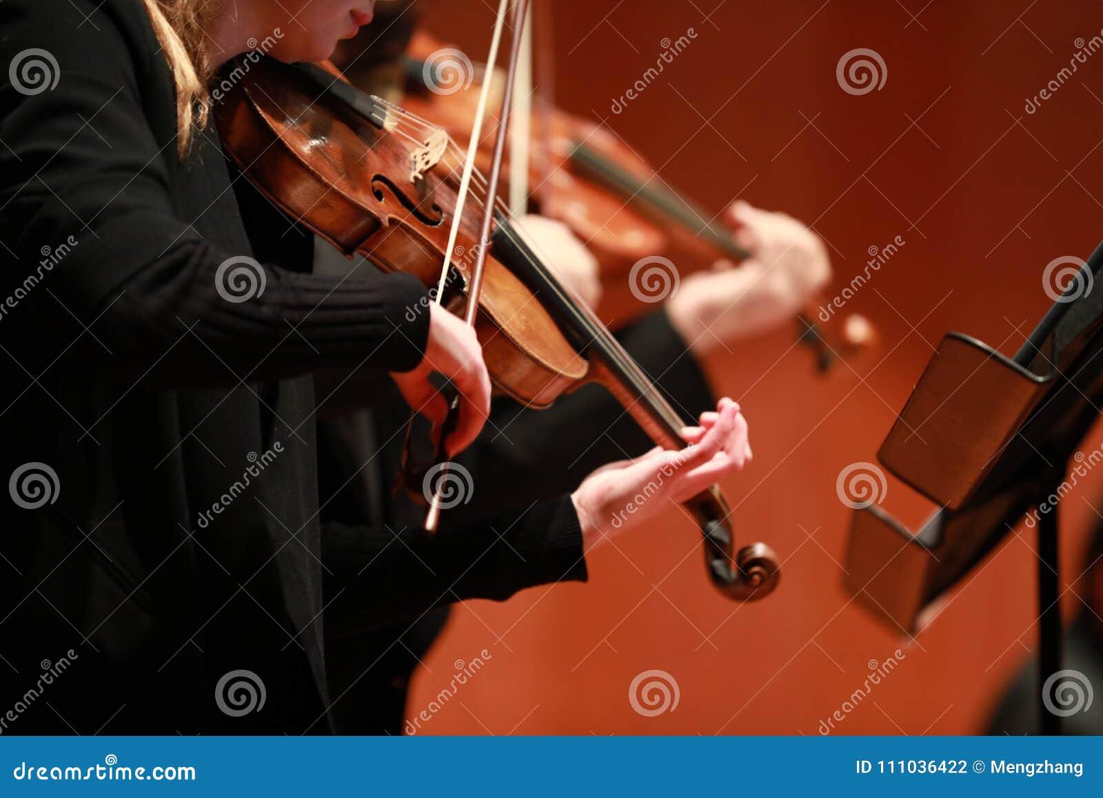 Klassisk musik Violinister i konsert Stringed violinistCloseup av musikern som spelar fiolen under en symfoni