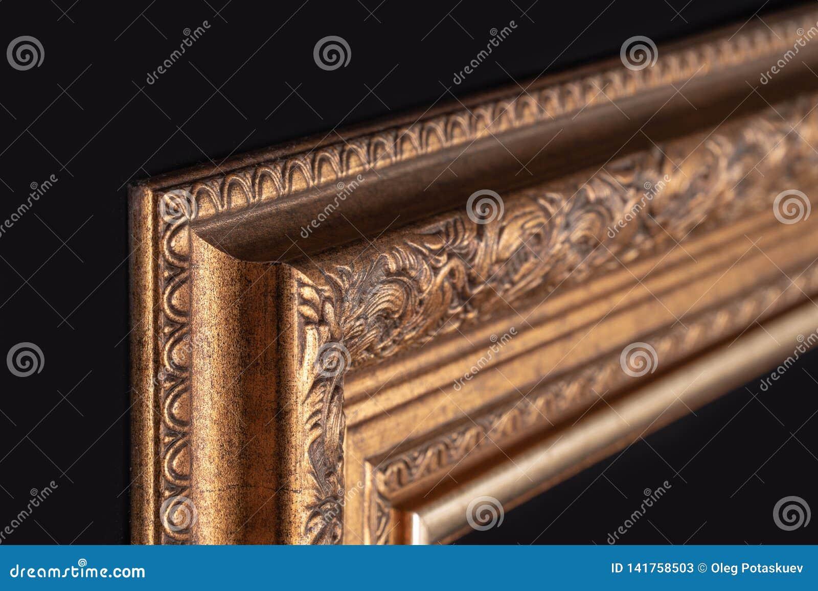 Klassisk ram för målningar med stuckaturen på en svart bakgrund