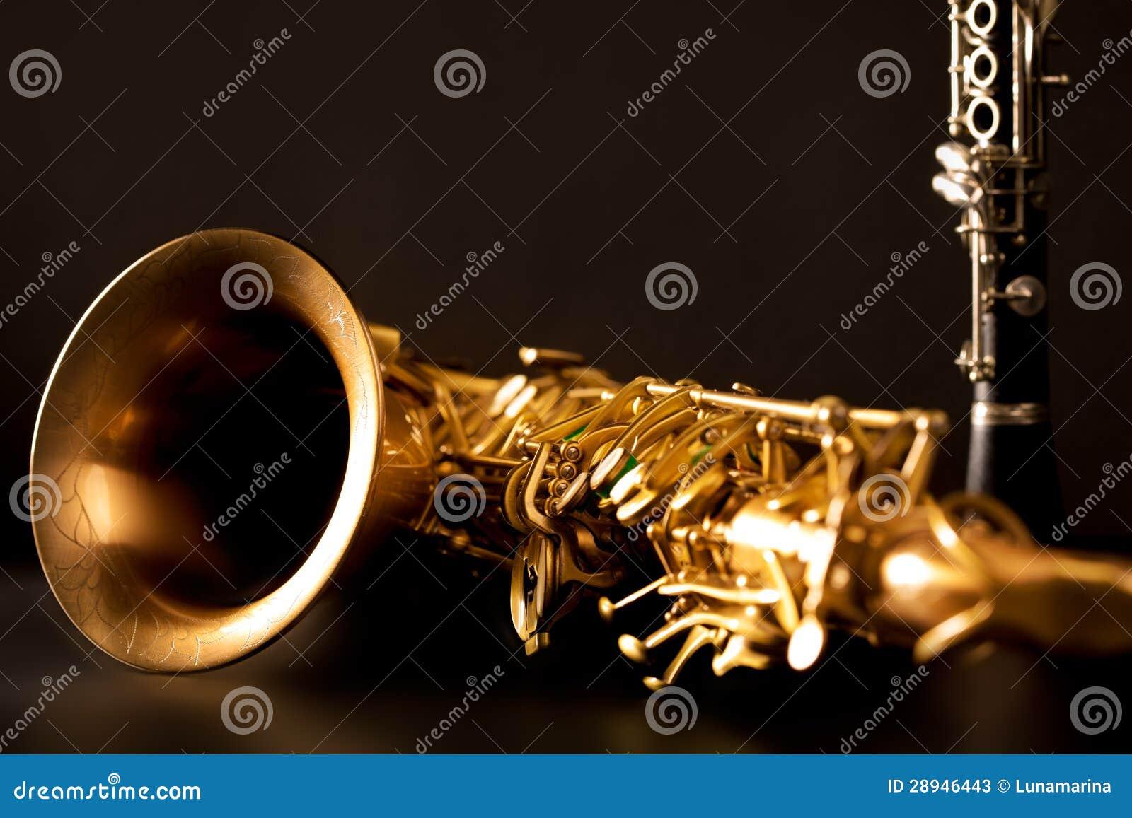 Klassisk saxofon och klarinett för musiksaxofontenor i svart
