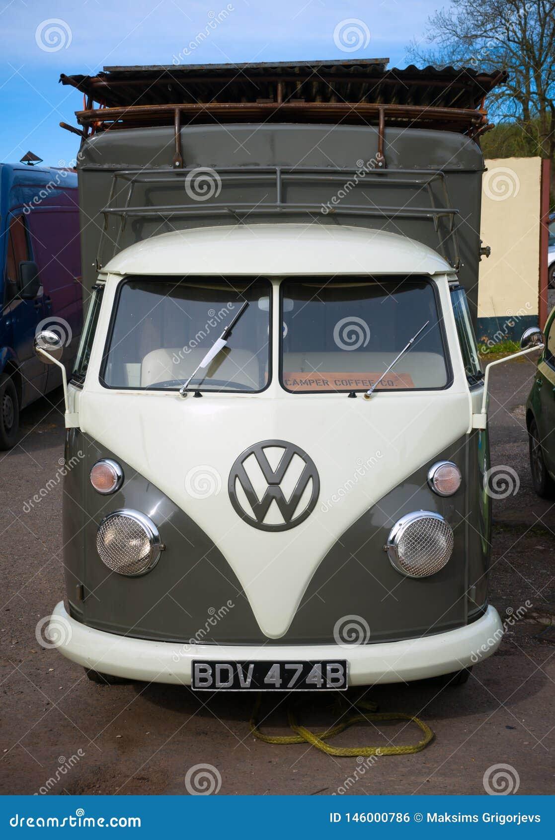 Klassisk skåpbil för campare för tappningVolkswagen biltransport, Devon, UK, April 2, 2018