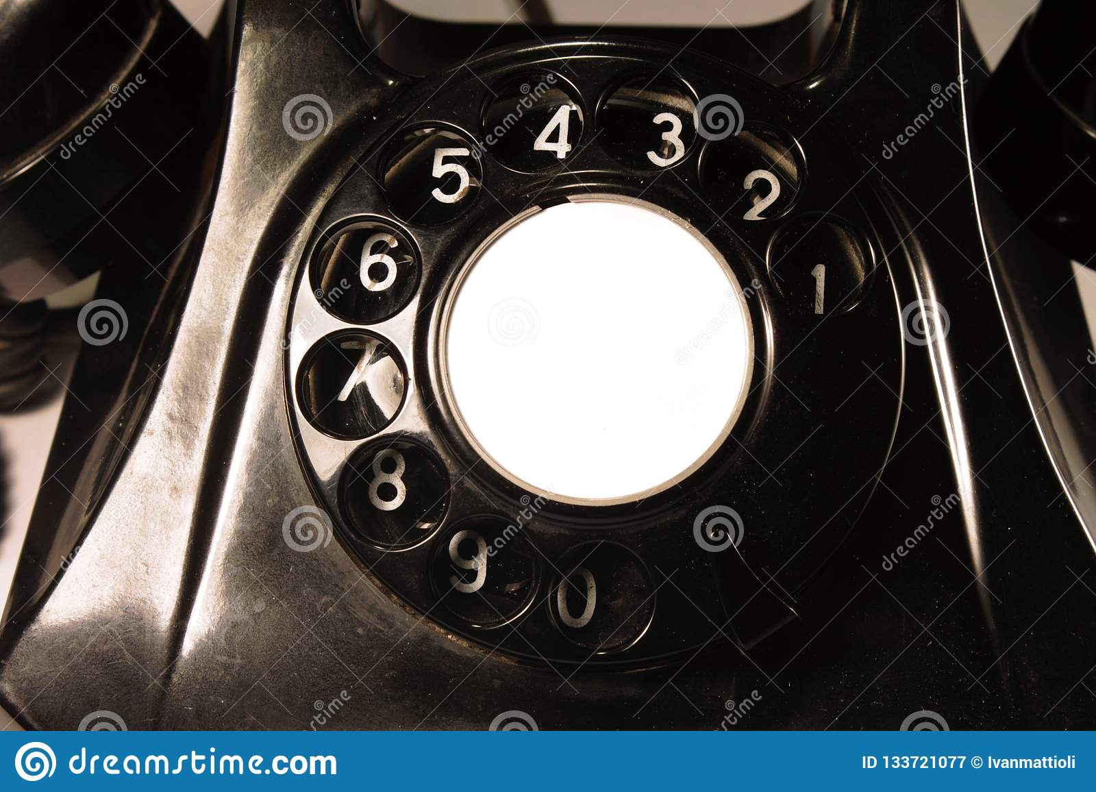 Klassisk visartavla av en gammal bakelitetelefon bakgrund isolerad white