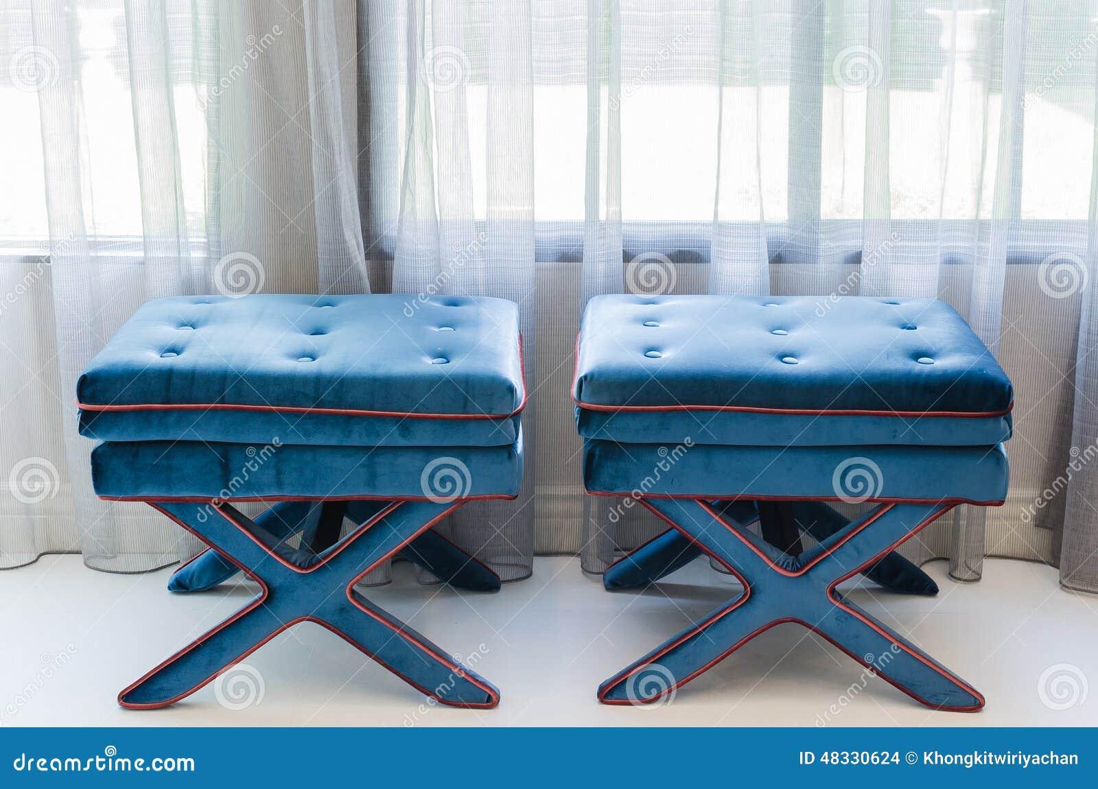 Klassiska blåttstolar i vardagsrum arkivfoto   bild: 48330624