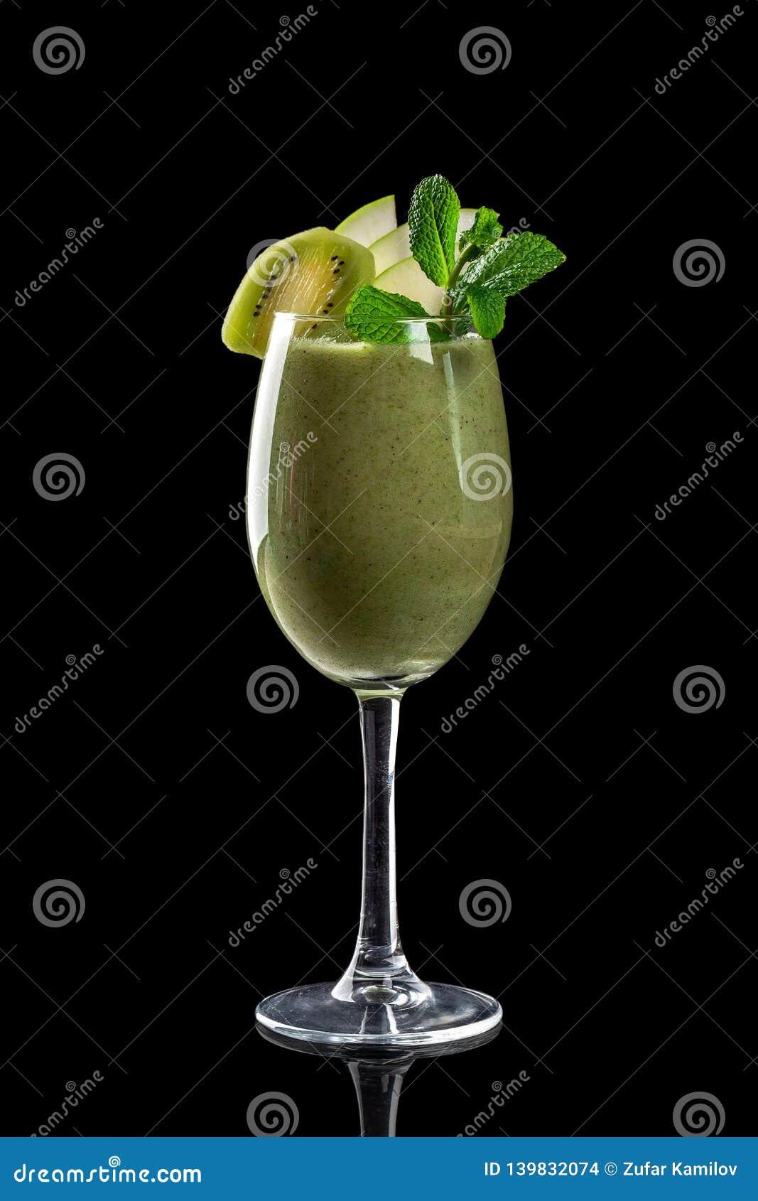 Klassiska nya fruktsafter från frukter och grönsaker på en svart bakgrund i exponeringsglaskoppar, coctailar Drinkar med nedersta