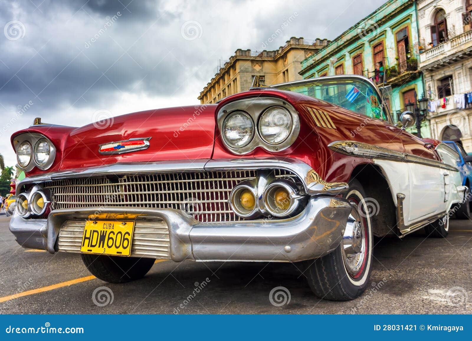 Klassiska röda Chevrolet i Havana