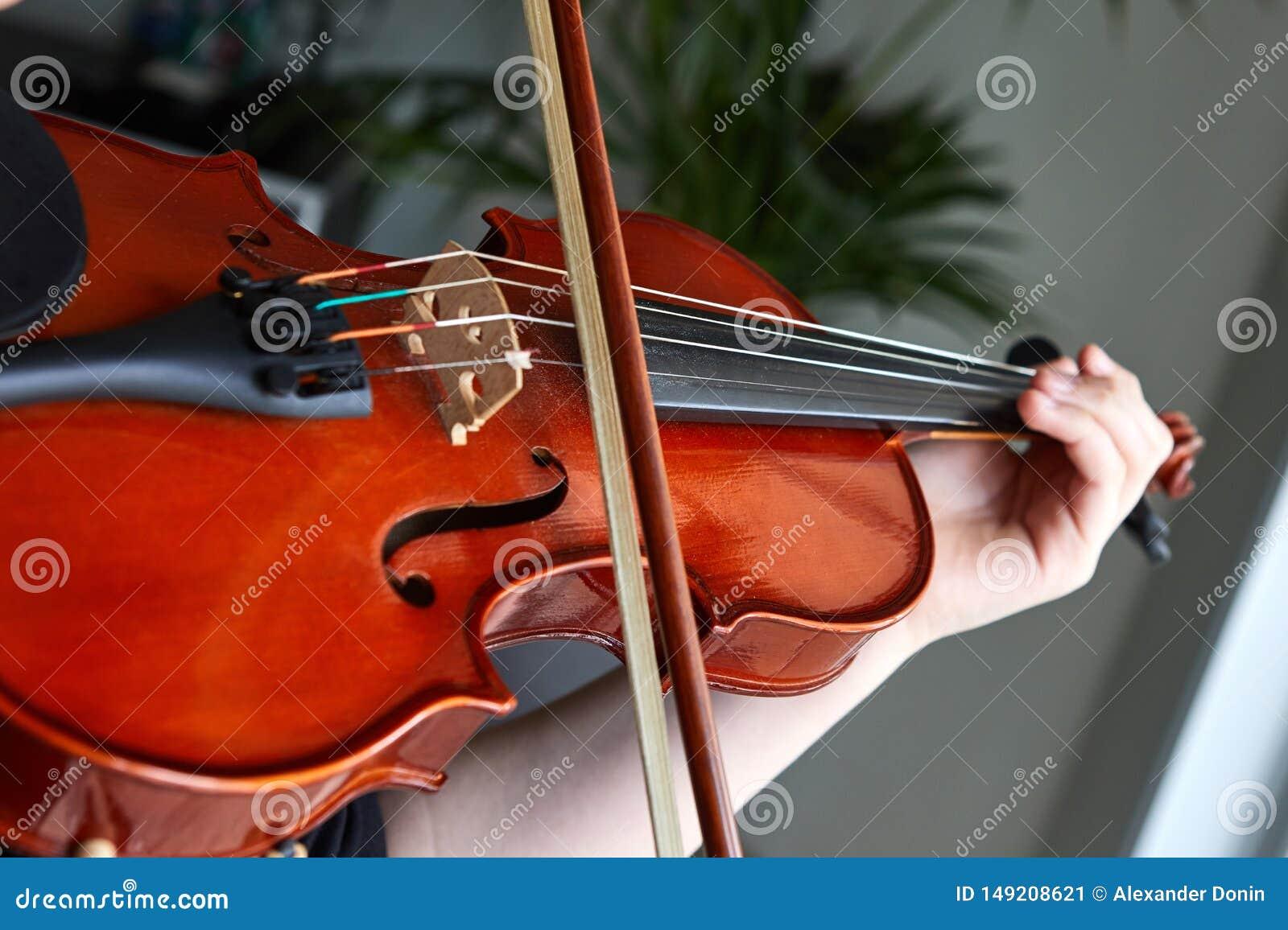 Klassiska spelareh?nder Detaljer av att spela f?r fiol
