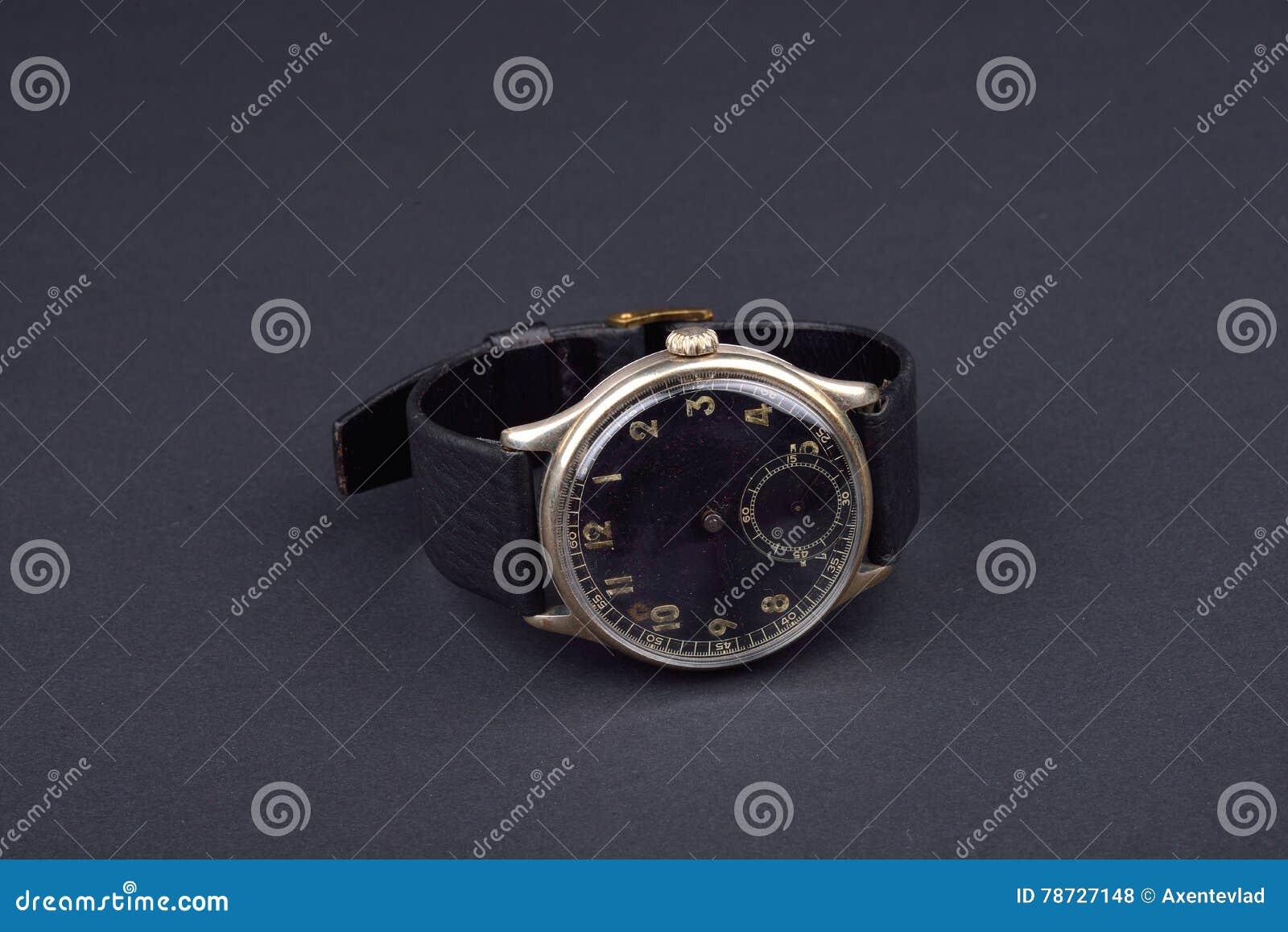 Klassiskt armbandsur för man på svart bakgrund Tid