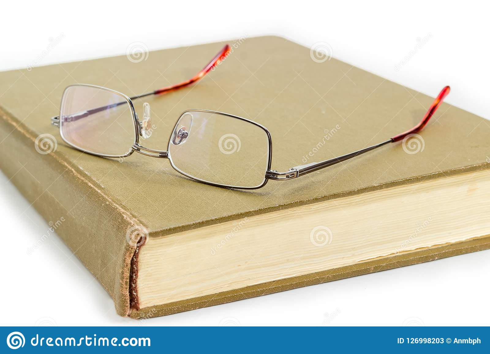 Klassiskt glasögon för man` s på stängd närbild för gammal bok