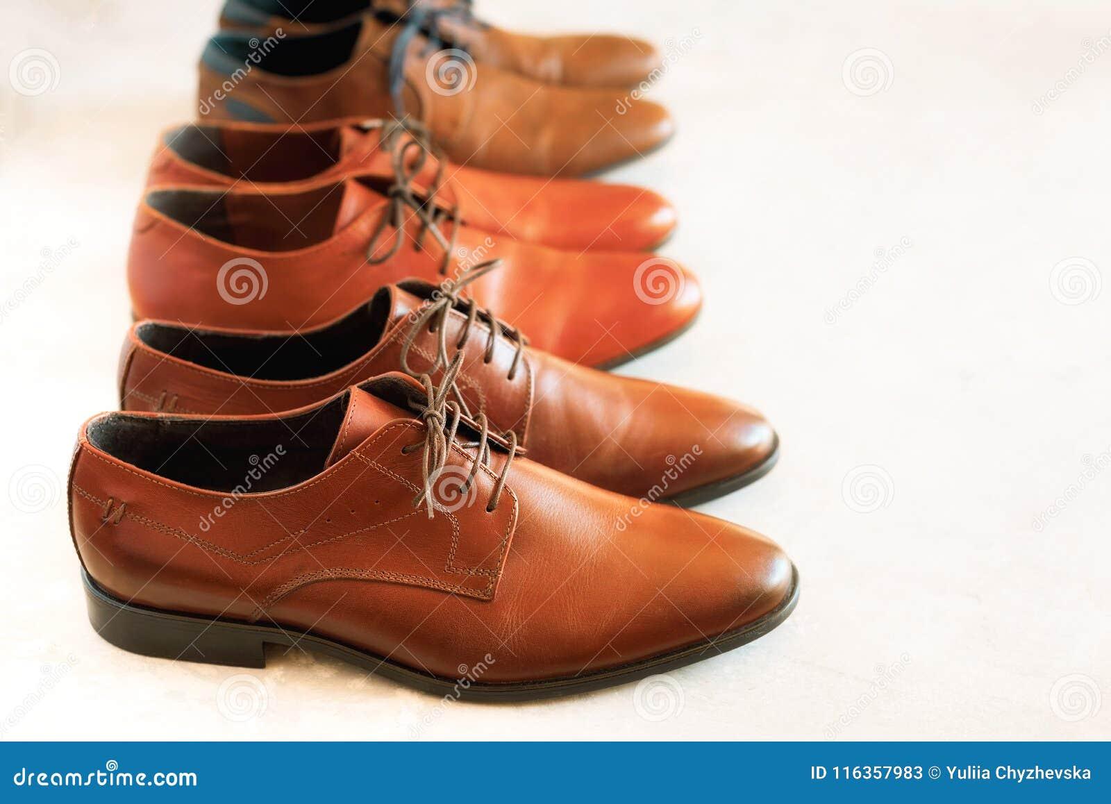 Klassiskt mode polerade skor för brunt för man` s på grå bakgrund Selektivt fokusera kopiera avstånd baner Sale och shopping