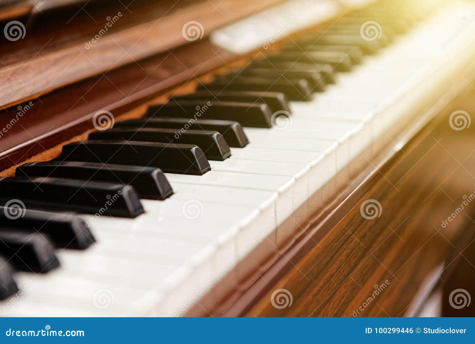 Klassiskt piano för brun färg med svartvita tangenter