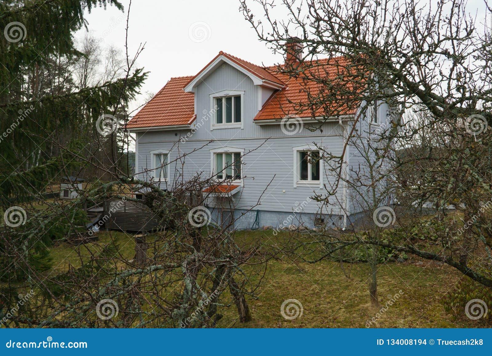 Klassiskt traditionellt hus i Skandinavien bygd
