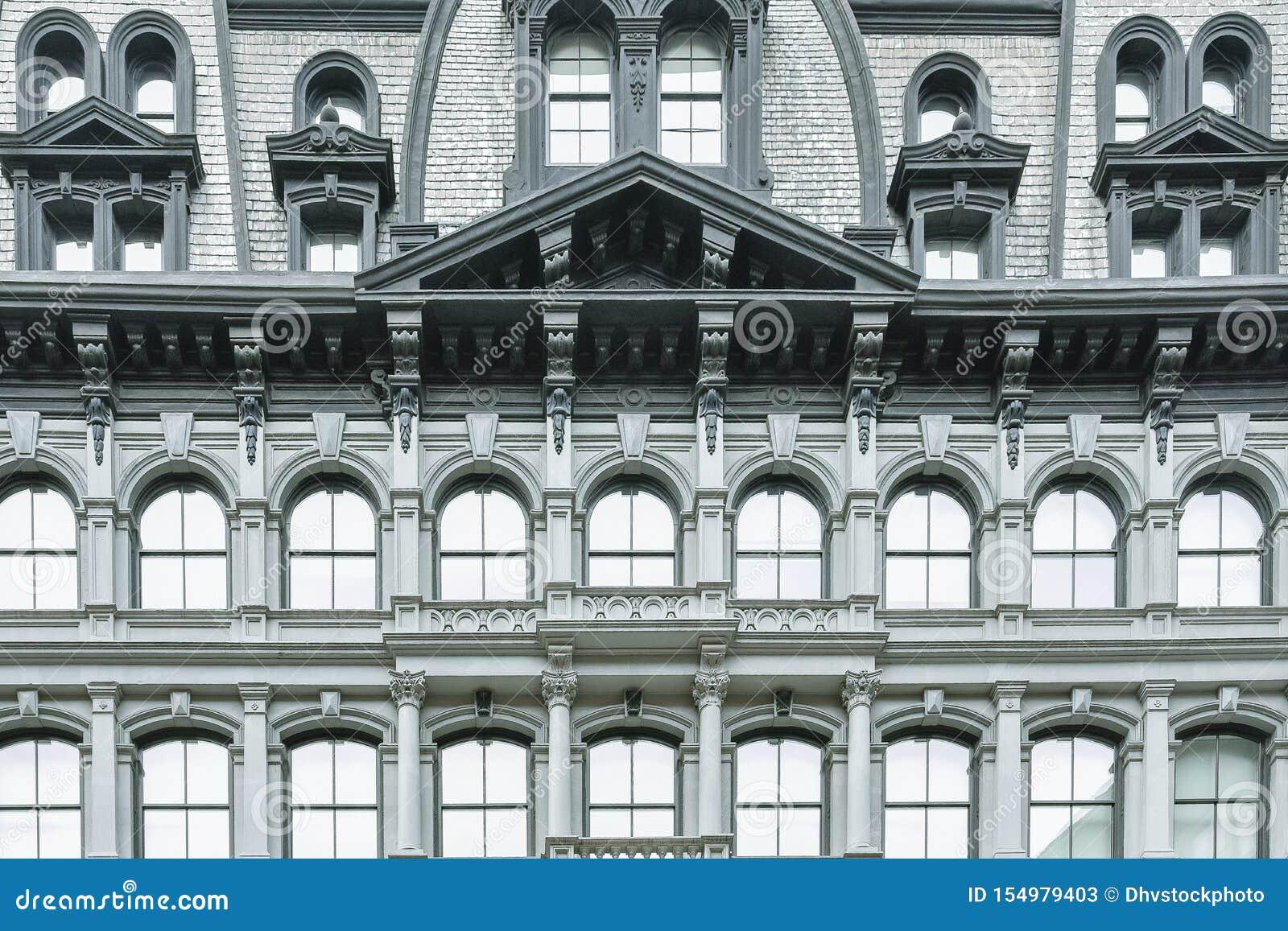 Klasyczna budynek fasada z łukowatymi okno