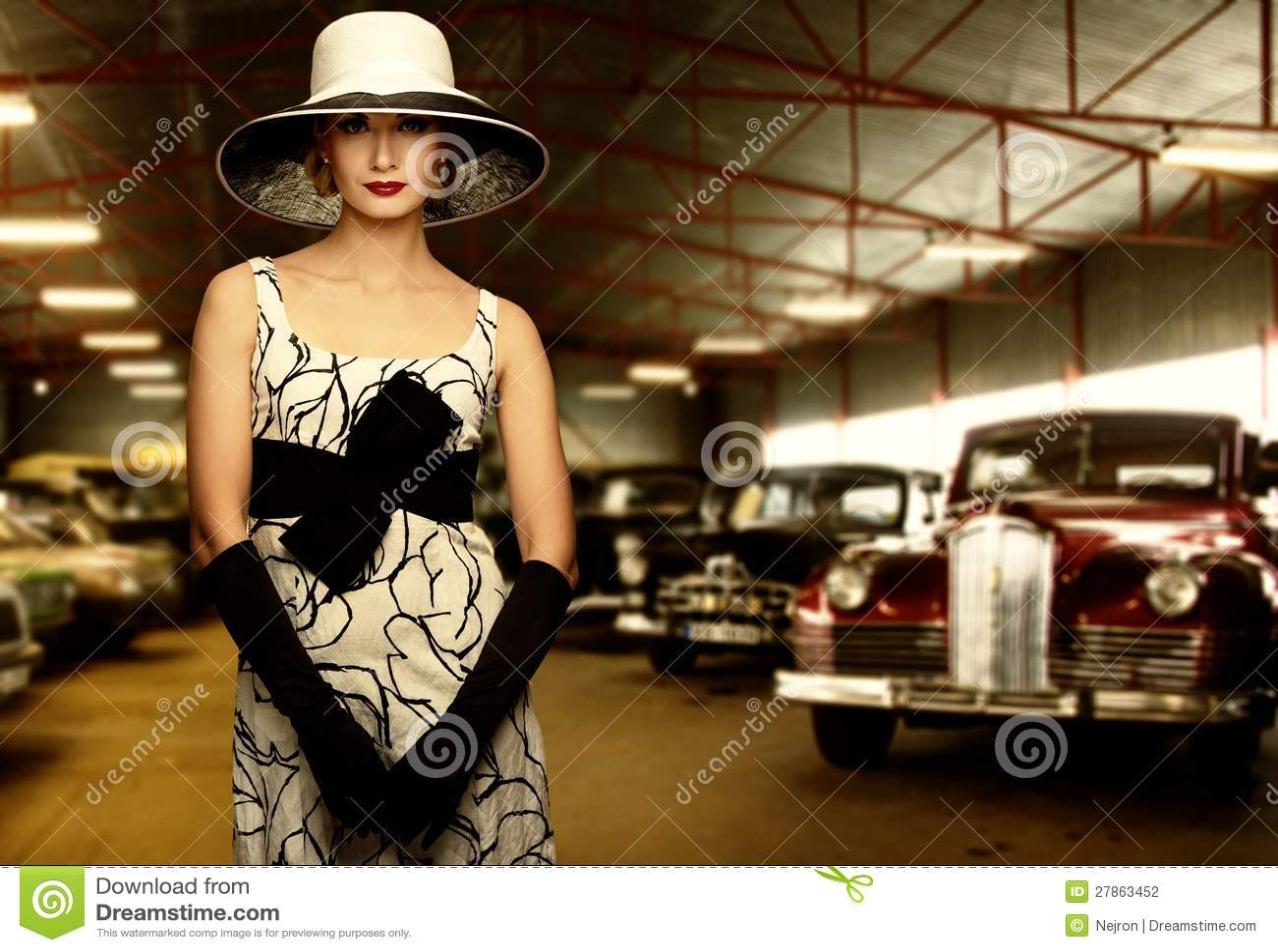 Klasyczna kobieta przeciw retro samochodom