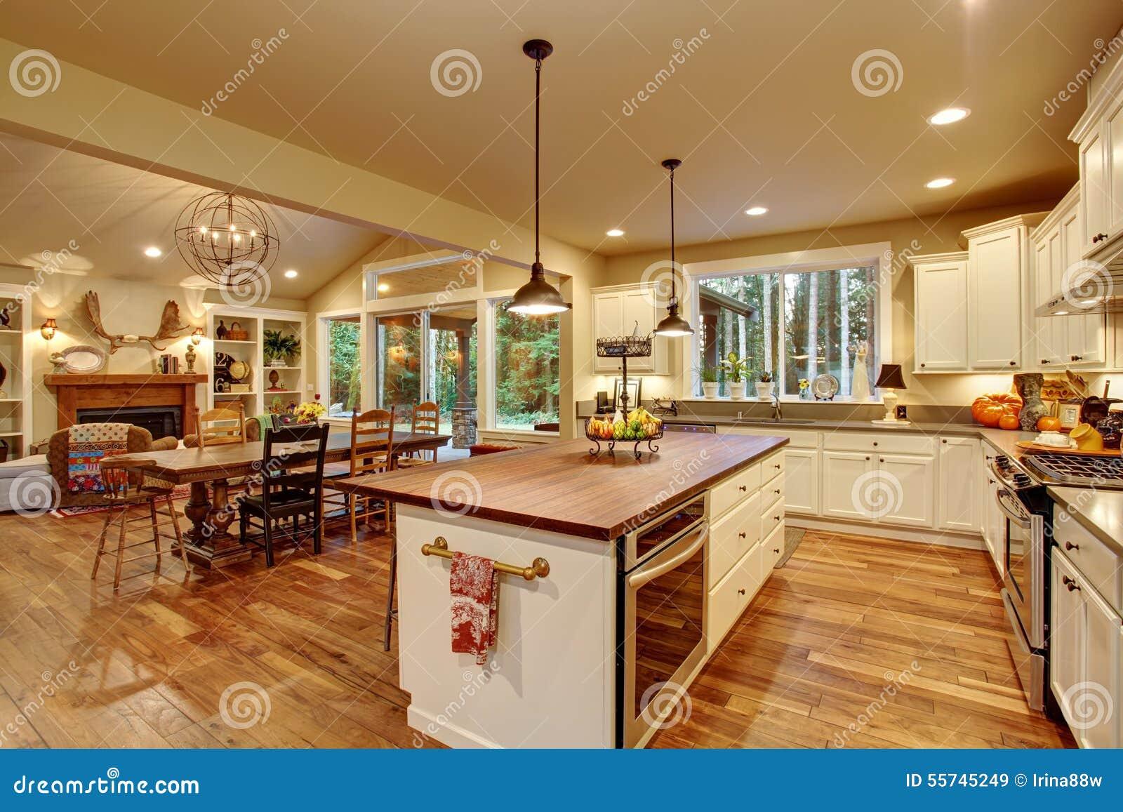 Klasyczna Kuchnia Z Twarde Drzewo Podłoga I Wyspą Obraz Stock