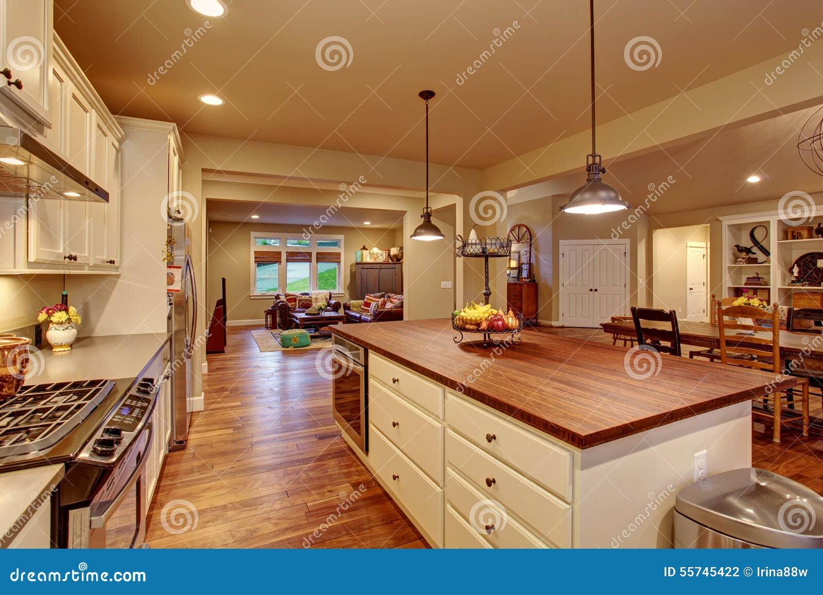 Klasyczna Kuchnia Z Twarde Drzewo Podłoga I Wyspą Zdjęcie Stock