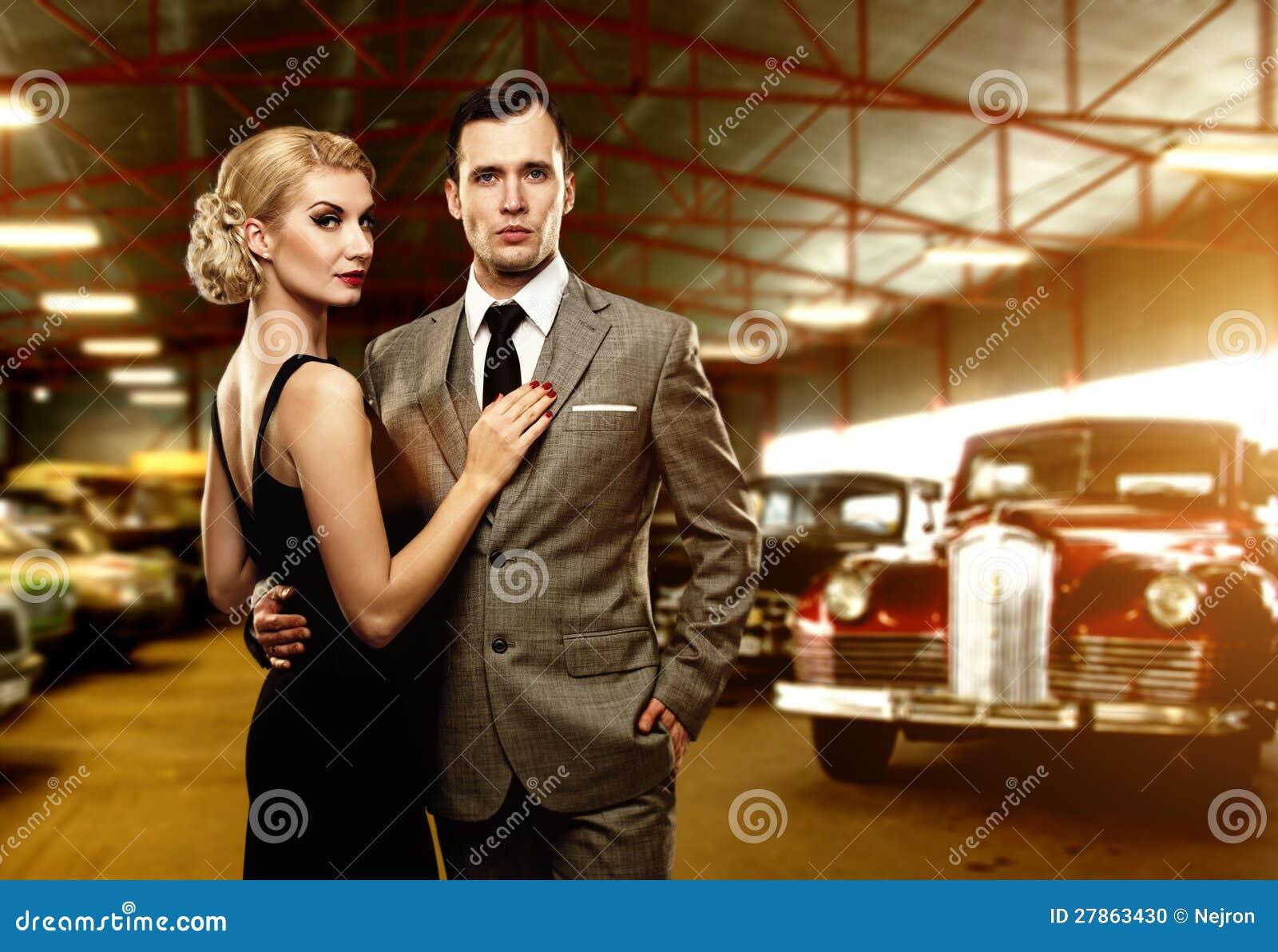 Klasyczna para przeciw retro samochodom