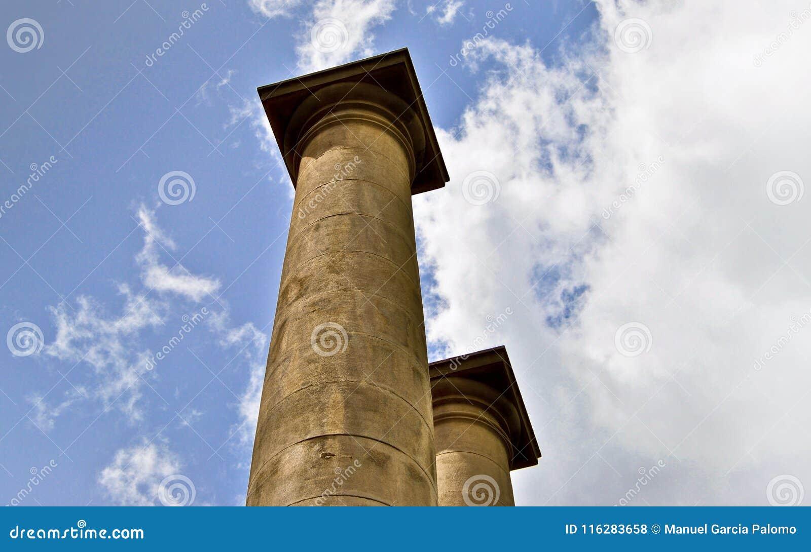 Klasyczne kolumny pod niebieskim niebem w Barcelona Hiszpania