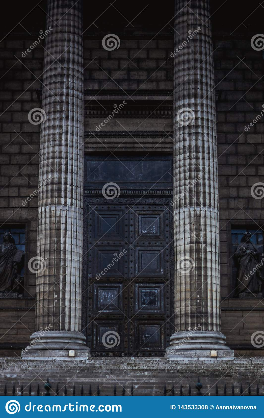 Klasyczne wygłupy kolumny przy przodem panteon w Paryż