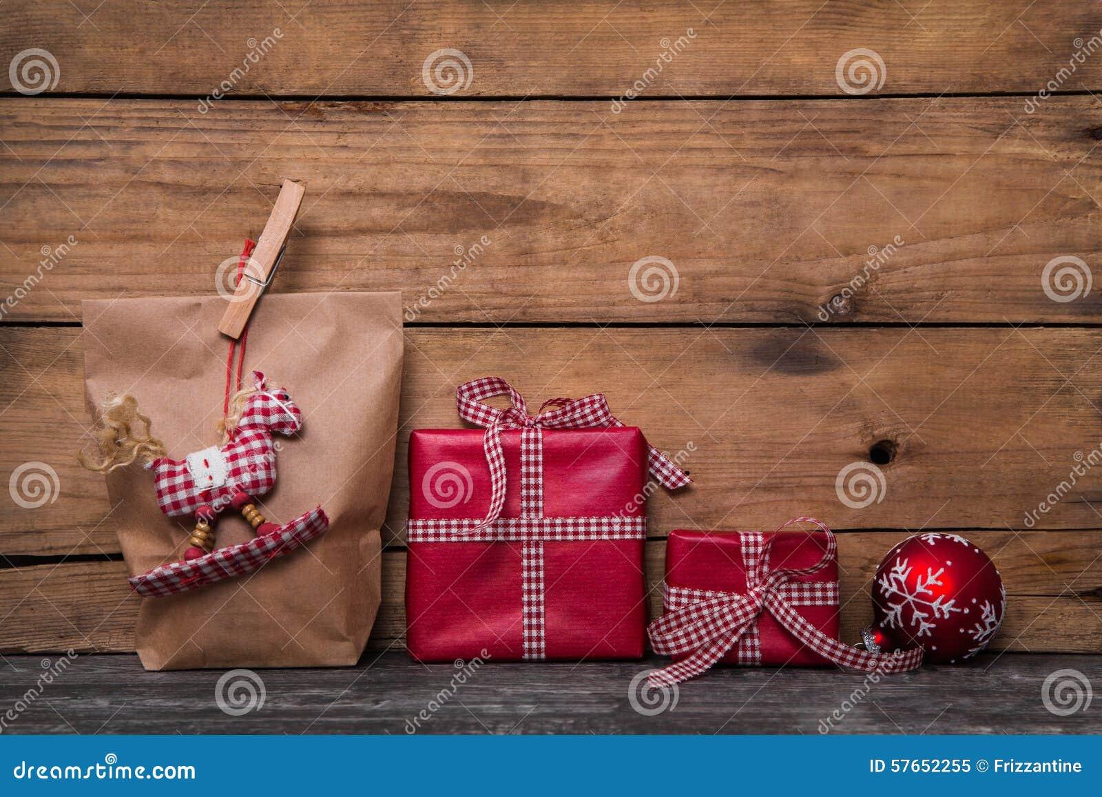 Klasyczni czerwoni boże narodzenie prezenty zawijający w papierze z handmade szą