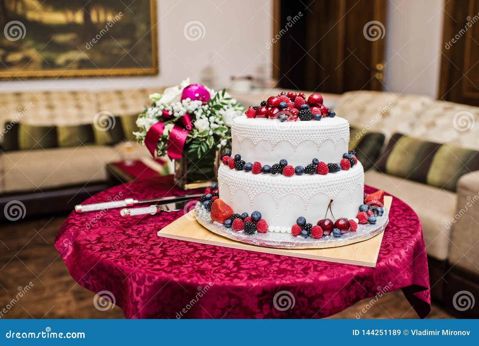Klasyczny ślubny tort z malinkami, truskawkami, czernicami i czarnymi jagodami,
