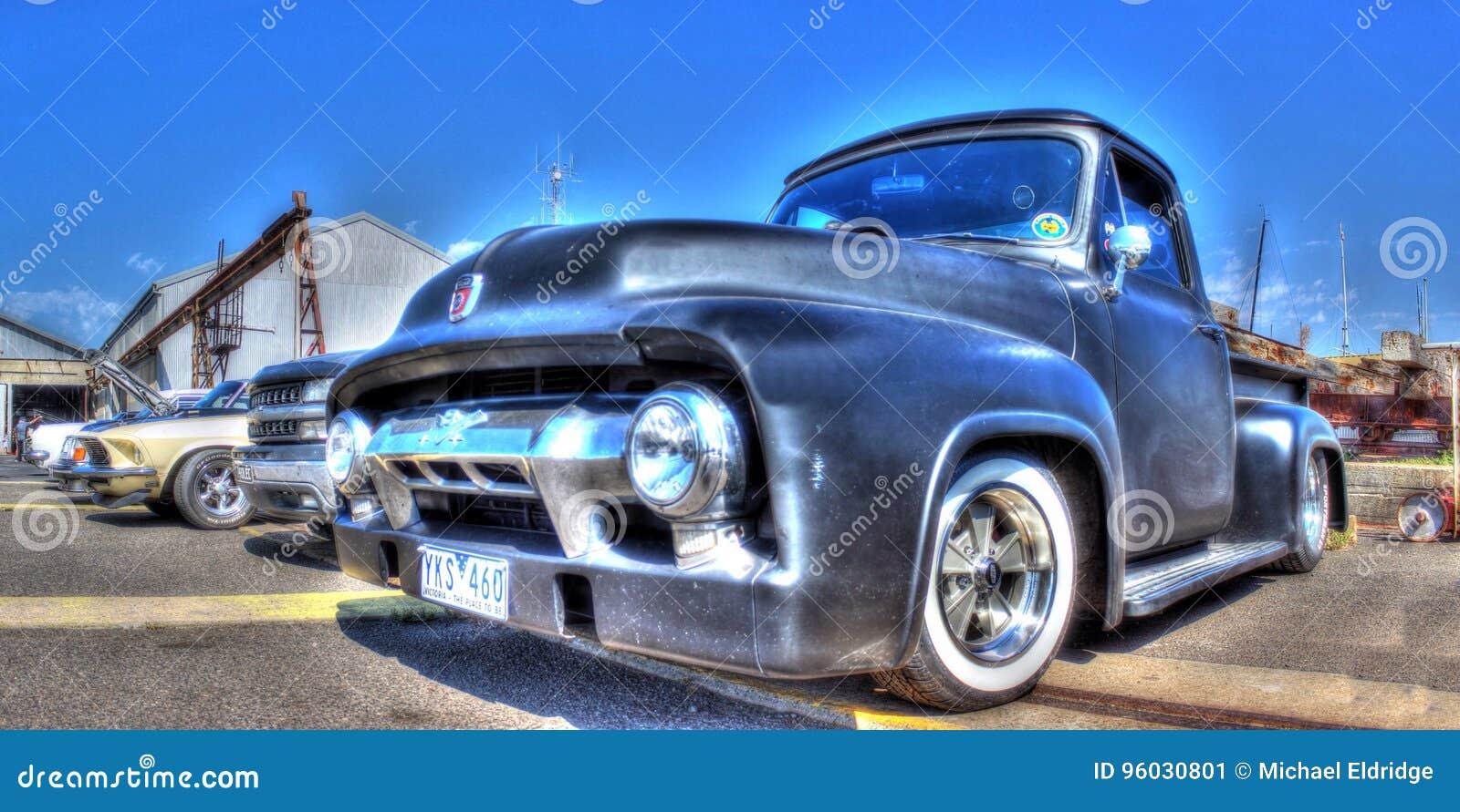 Klasyczny amerykanin Ford podnosi up ciężarówkę