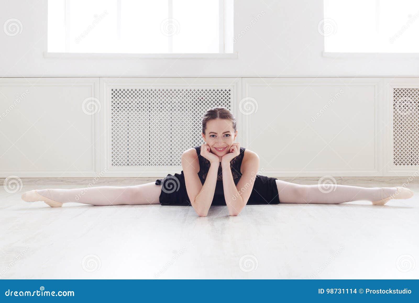 Klasyczny baletniczego tancerza portret w białej dansing sala