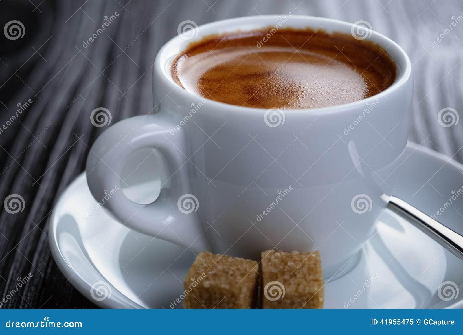 Klasyk dwoista kawa espresso na drewno stole