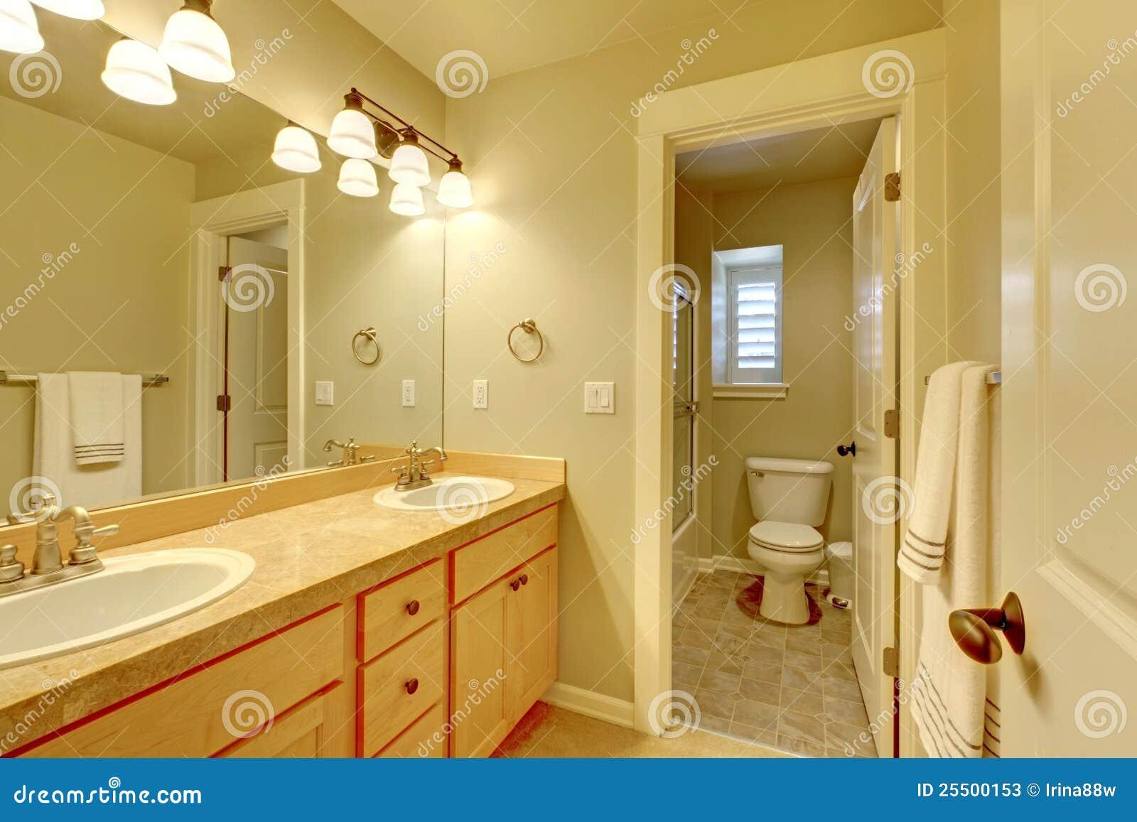 Klasyka Dwa Zlew łazienka W Beżowym Kolorze Obraz Stock