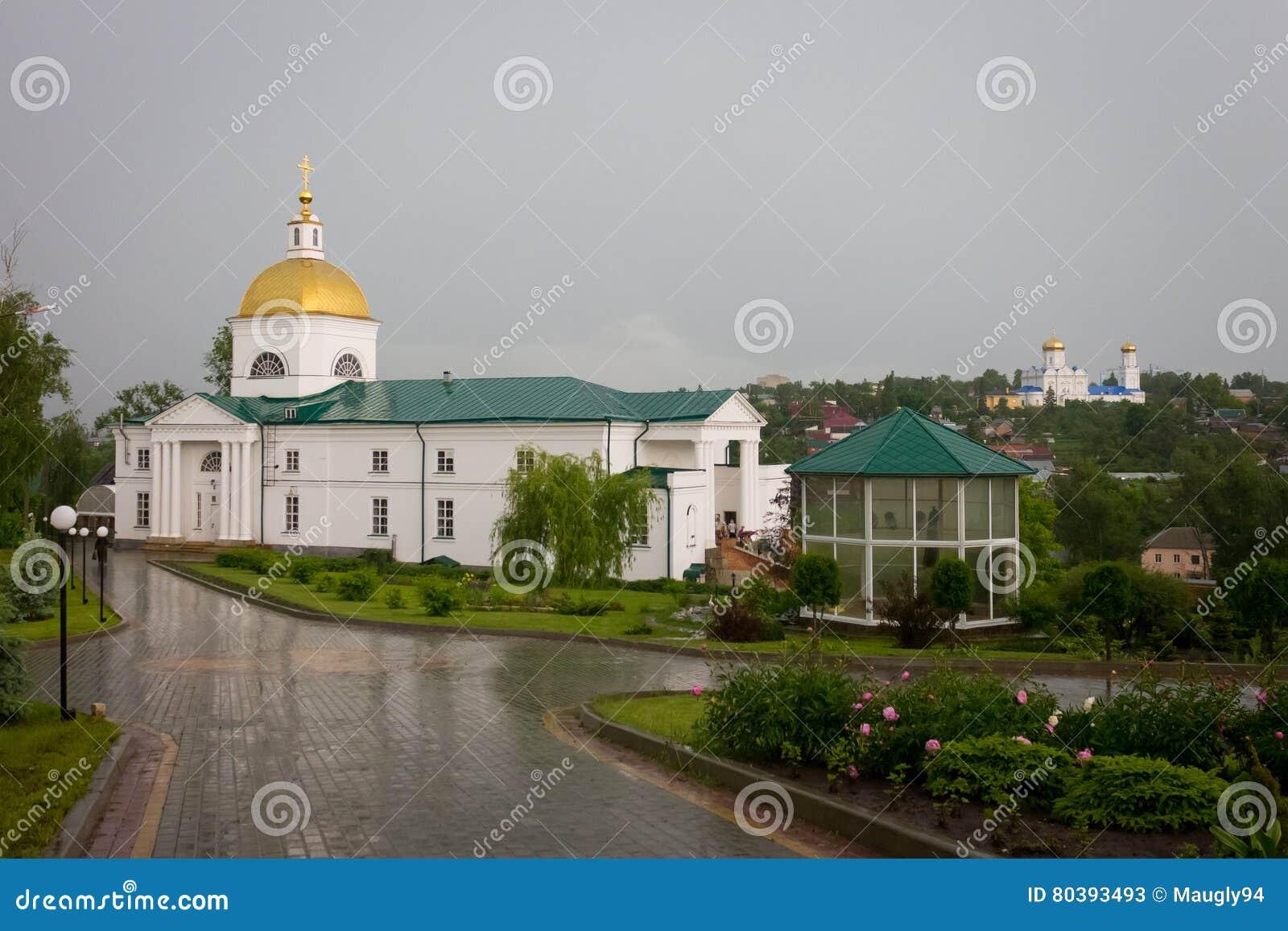 Klasztor na tle ciemnienie niebo po deszczu