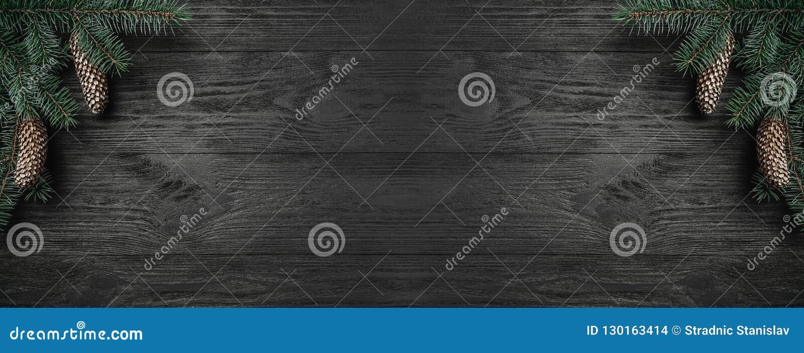 Klaus santa för frost för påsekortjul sky Svart träbakgrund, med ocreanga och grankottar i hörnet, bästa sikt Xmas-rektangellyckö
