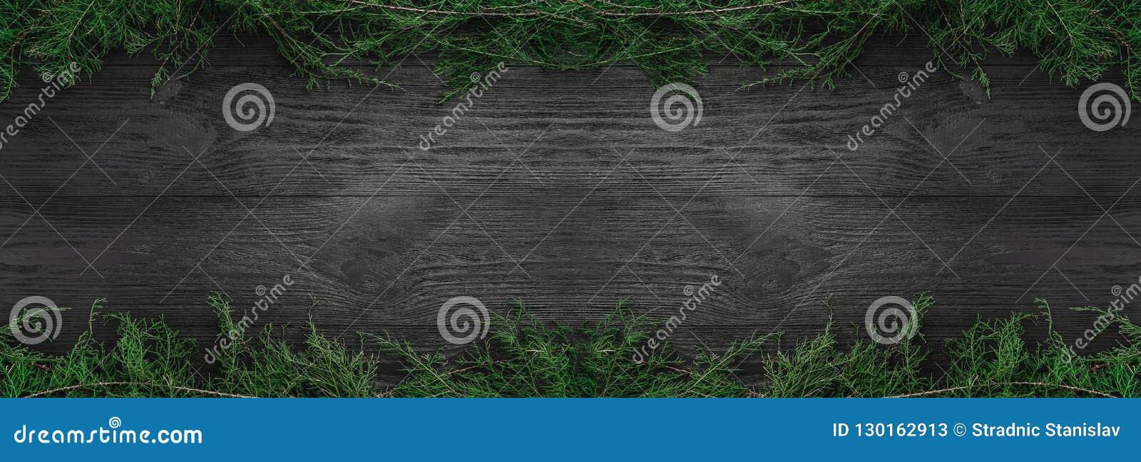 Klaus santa för frost för påsekortjul sky Svart wood bakgrund med gran förgrena sig upp och ner, den bästa sikten Xmas-rektangell