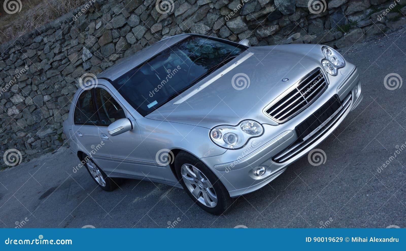 Klausenburg Napoca/Rumänien 31. März 2017: Mercedes Benz W203 - Jahr 2005, Avantgardeausrüstung, silberne metallische Farbe nahe