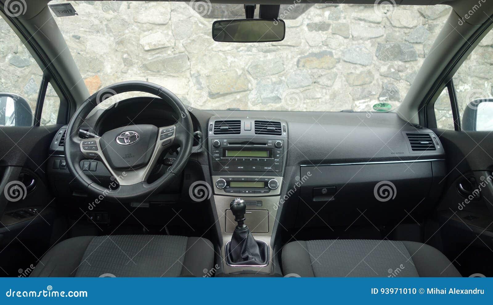 Klausenburg Napoca/Rumänien - 9. Mai 2017: Jahr 2010, volle Wahlausrüstung, Fotosession, Armaturenbrettcockpit Toyotas Avensis-