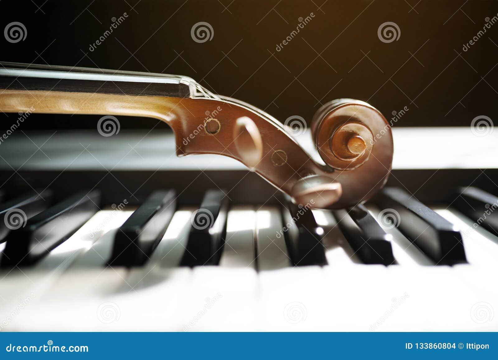 Klaviertastatur mit Violine