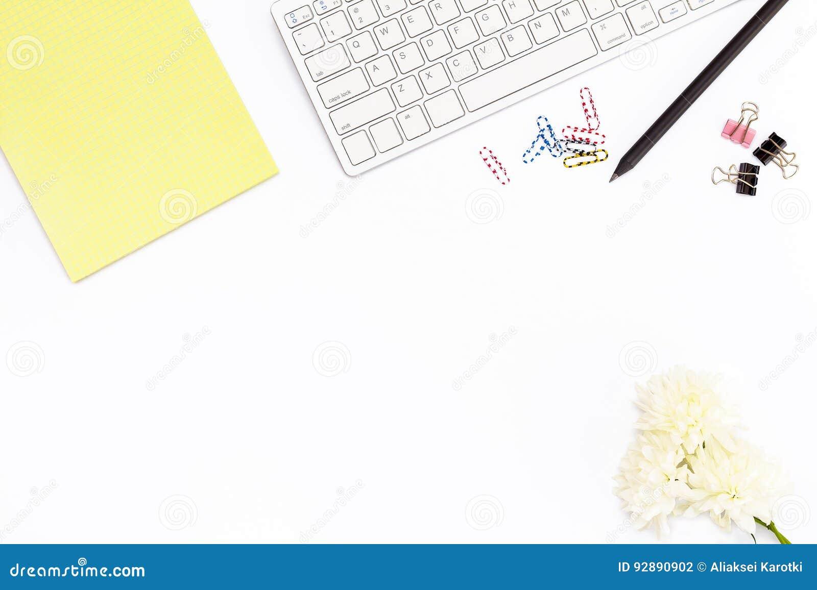 Klawiatura, żółty Notepad, chryzantema kwiat, klamerki dla papierów, papierowe klamerki i czarny ołówek na białym tle, Minimalny