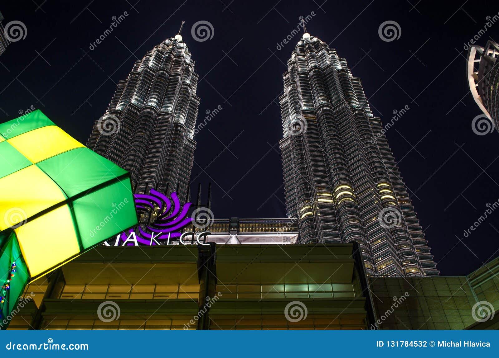 KLCC Petronas står högt - tvilling- skyskrapor i Kuala Lumpur