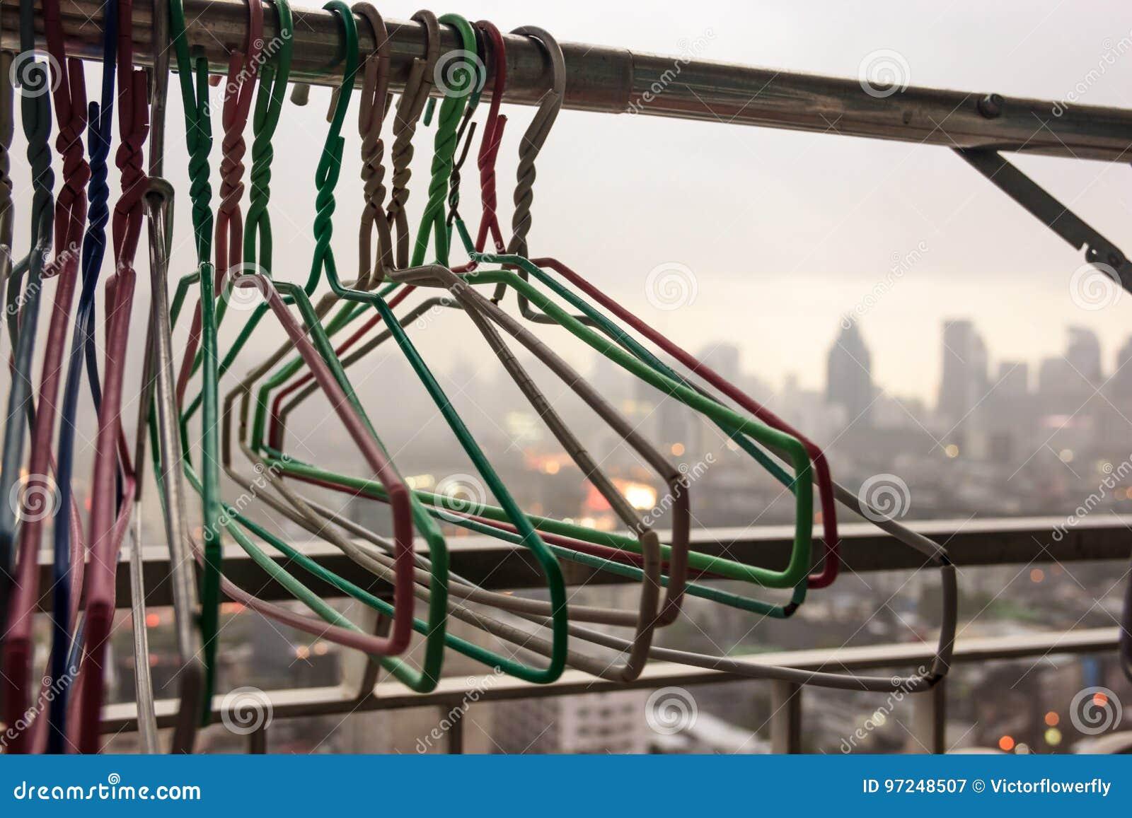 Kleiderbugel Auf Stoff Zeichnen Am Balkon Des Wohngebaudes An Einem