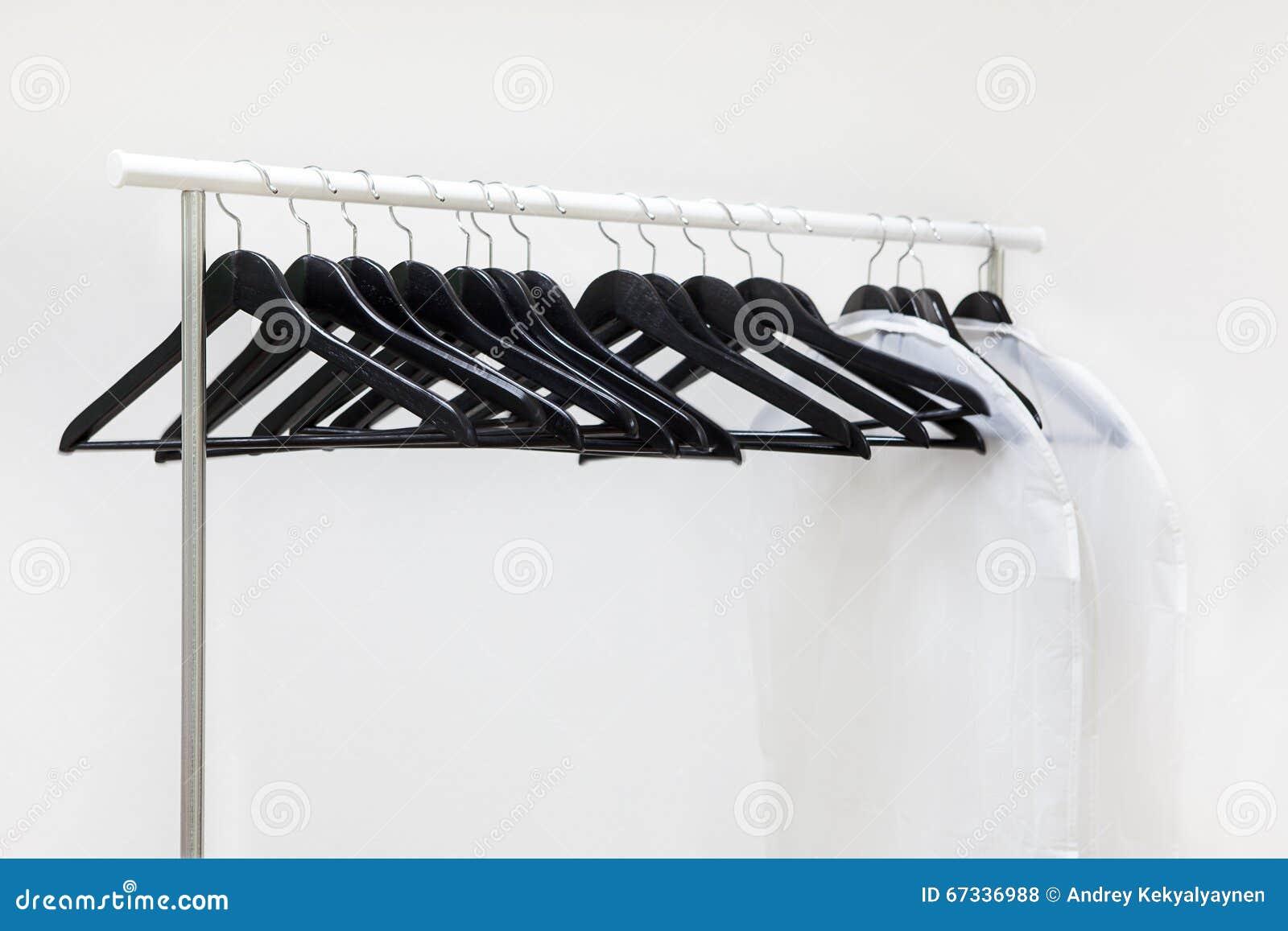 Kleiderbügel Und Taschen Sind Auf Stange, Weißer Hintergrund ...