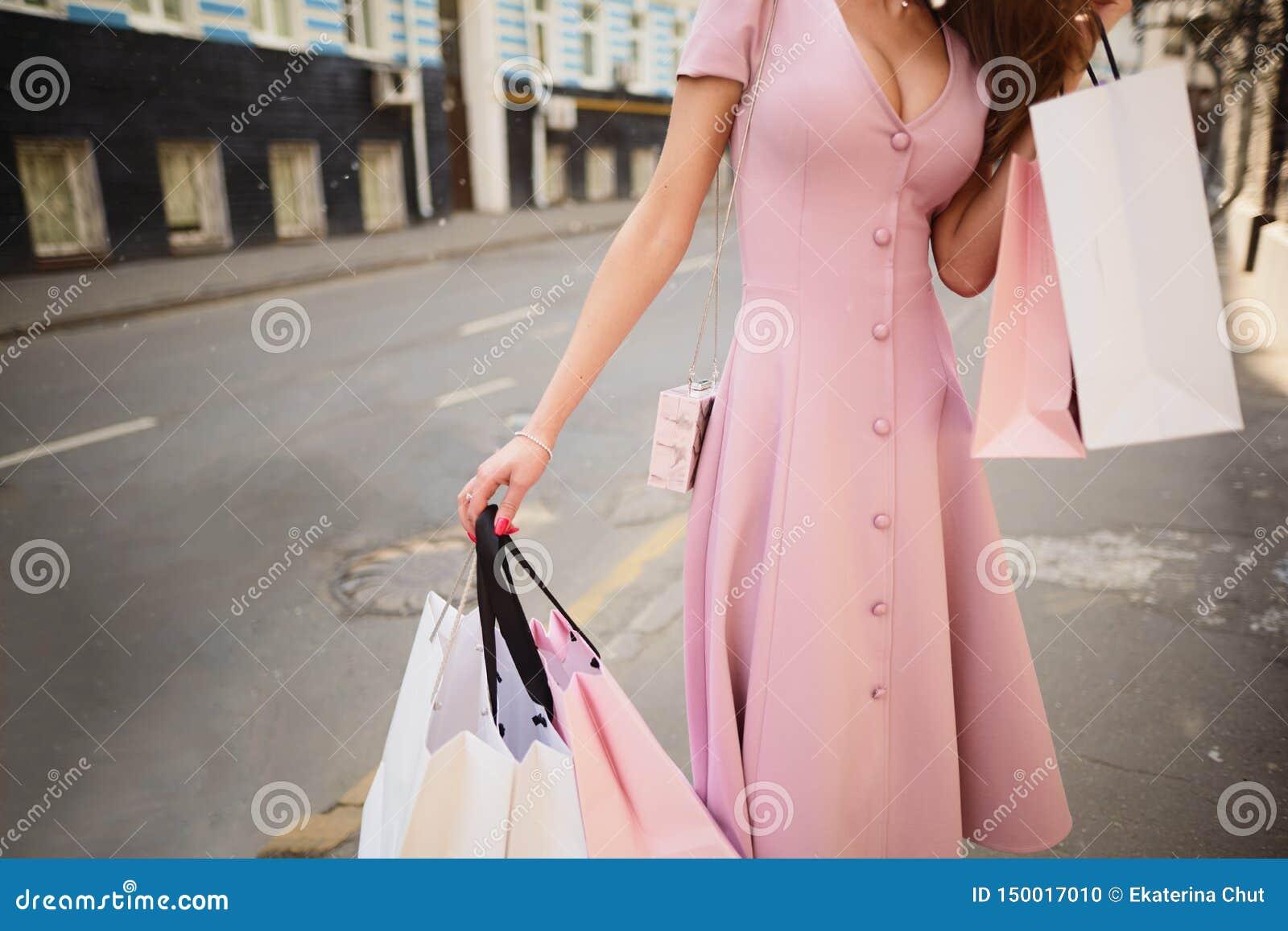 Kleidete modern Frau auf den Straßen einer Kleinstadt, Einkaufskonzept