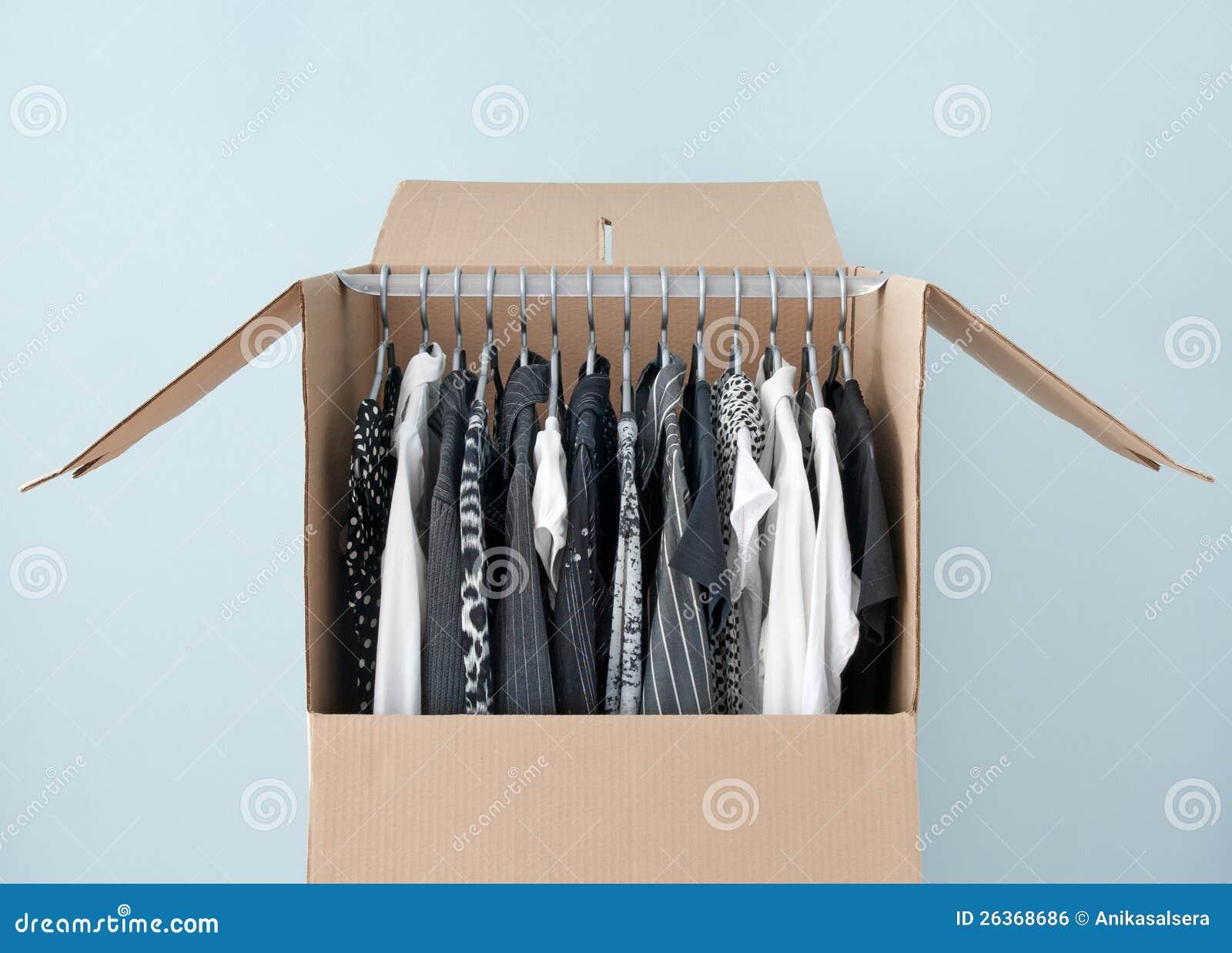 Download Kleidung In Einem Garderobenkasten Für Das Einfache Bewegen Stockfoto - Bild von kasten, gewölbt: 26368686