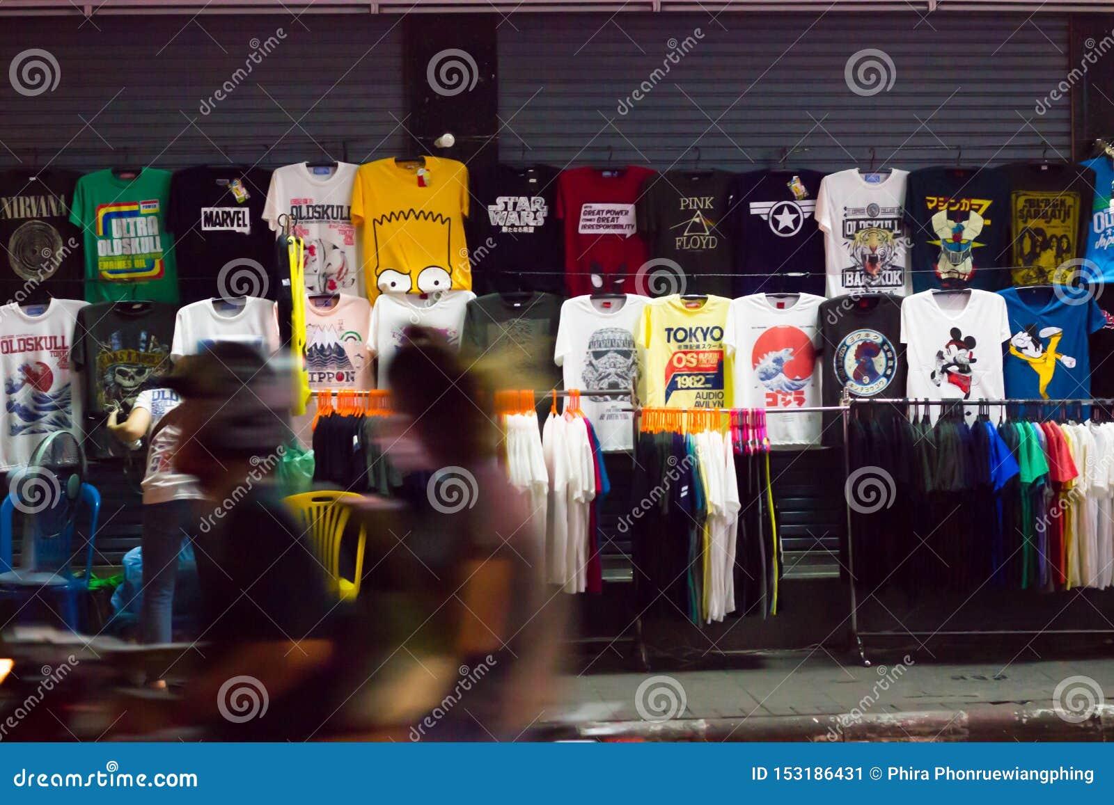 Kleidung kauft am Nachtstraßenrand, Khaosan-Straße, Bangkok, Thailand