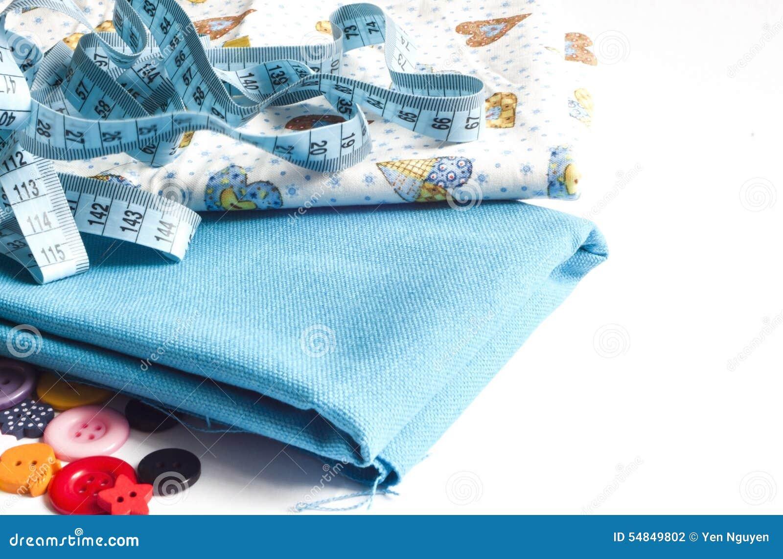 Kleidung und nähende Werkzeuge