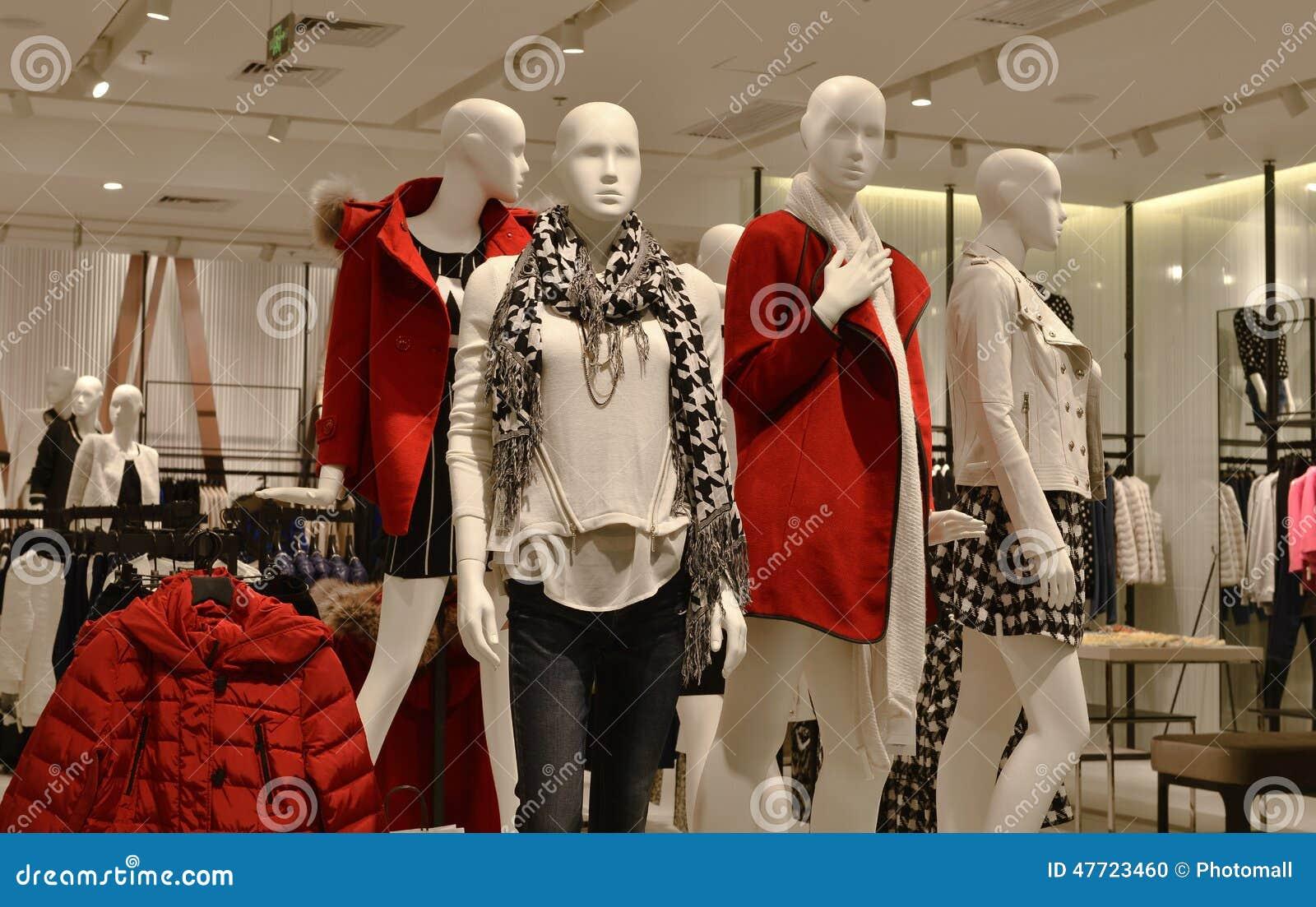 Kleidungsshop Herbstwintermode Mannequins in Mode, Kleiderspeicher, Bekleidungsgeschäft,