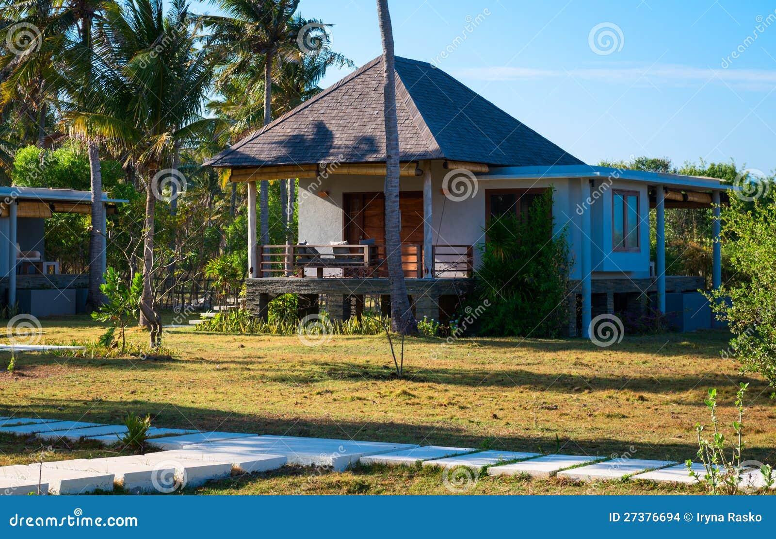 Klein eigentijds huis in tropisch klimaat stock foto afbeelding