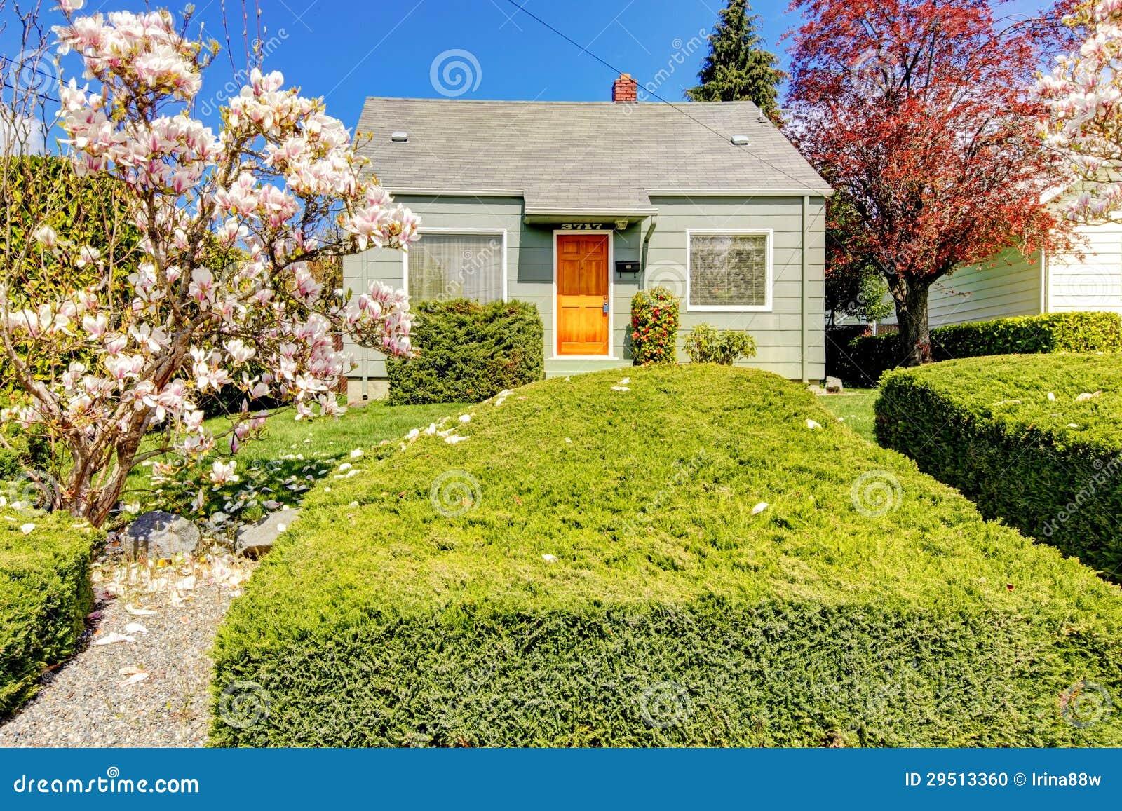 Klein groen huis buiten met de lente bloeiende bomen stock foto beeld 29513360 - Huis van kind buiten ...