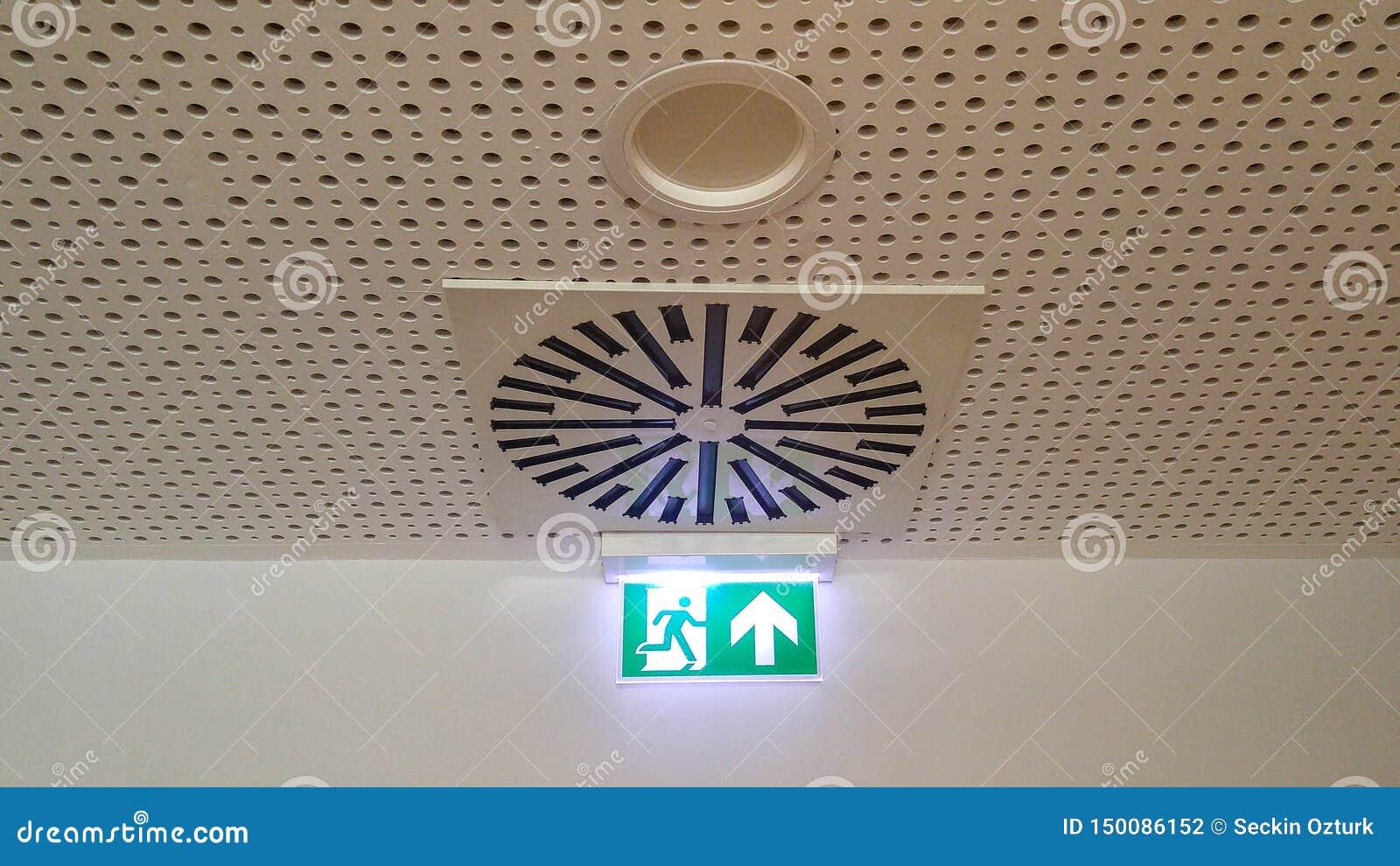 Klein groen nooduitgangteken in bureau
