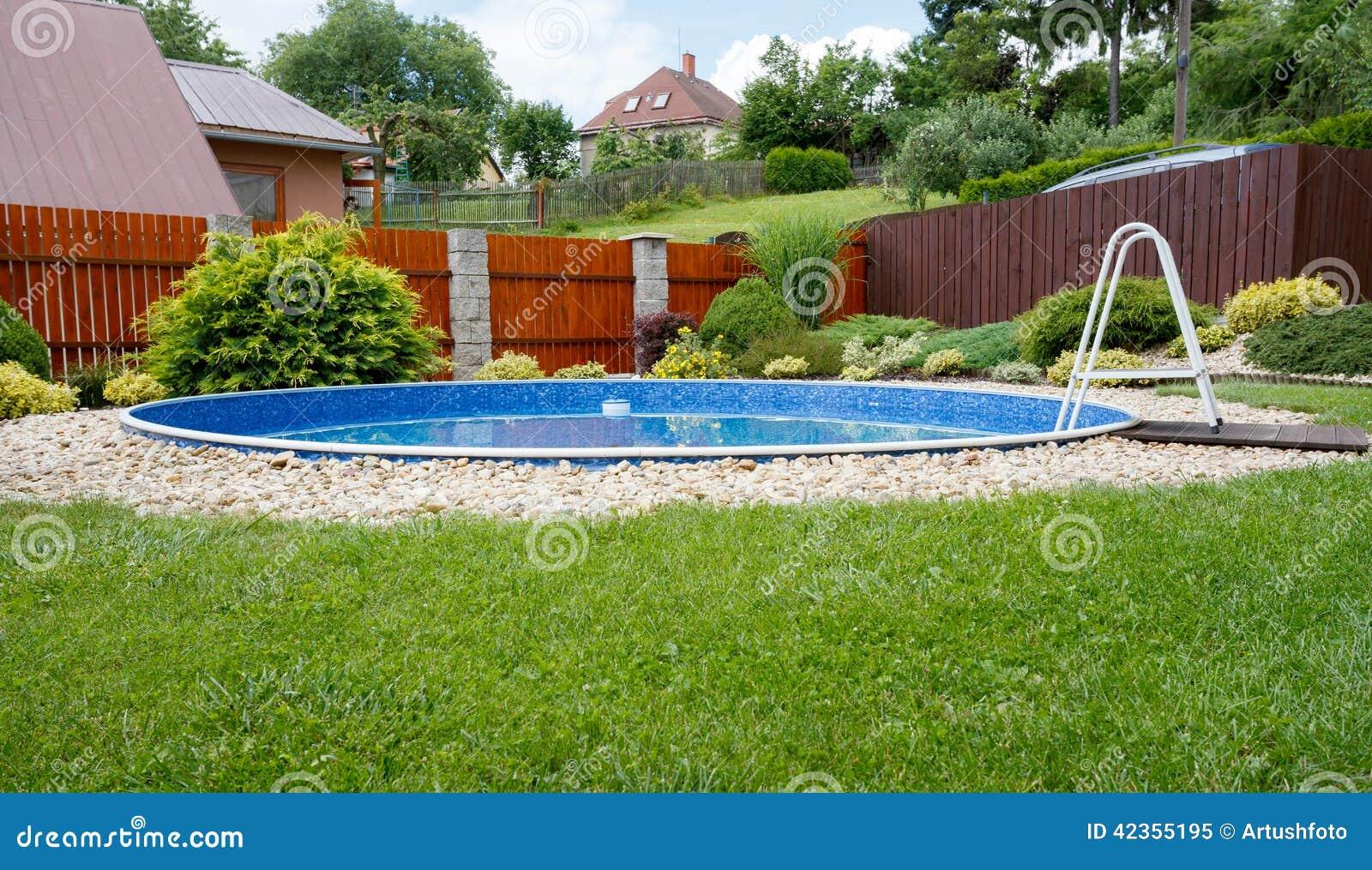 klein huis zwembad stock foto afbeelding 42355195